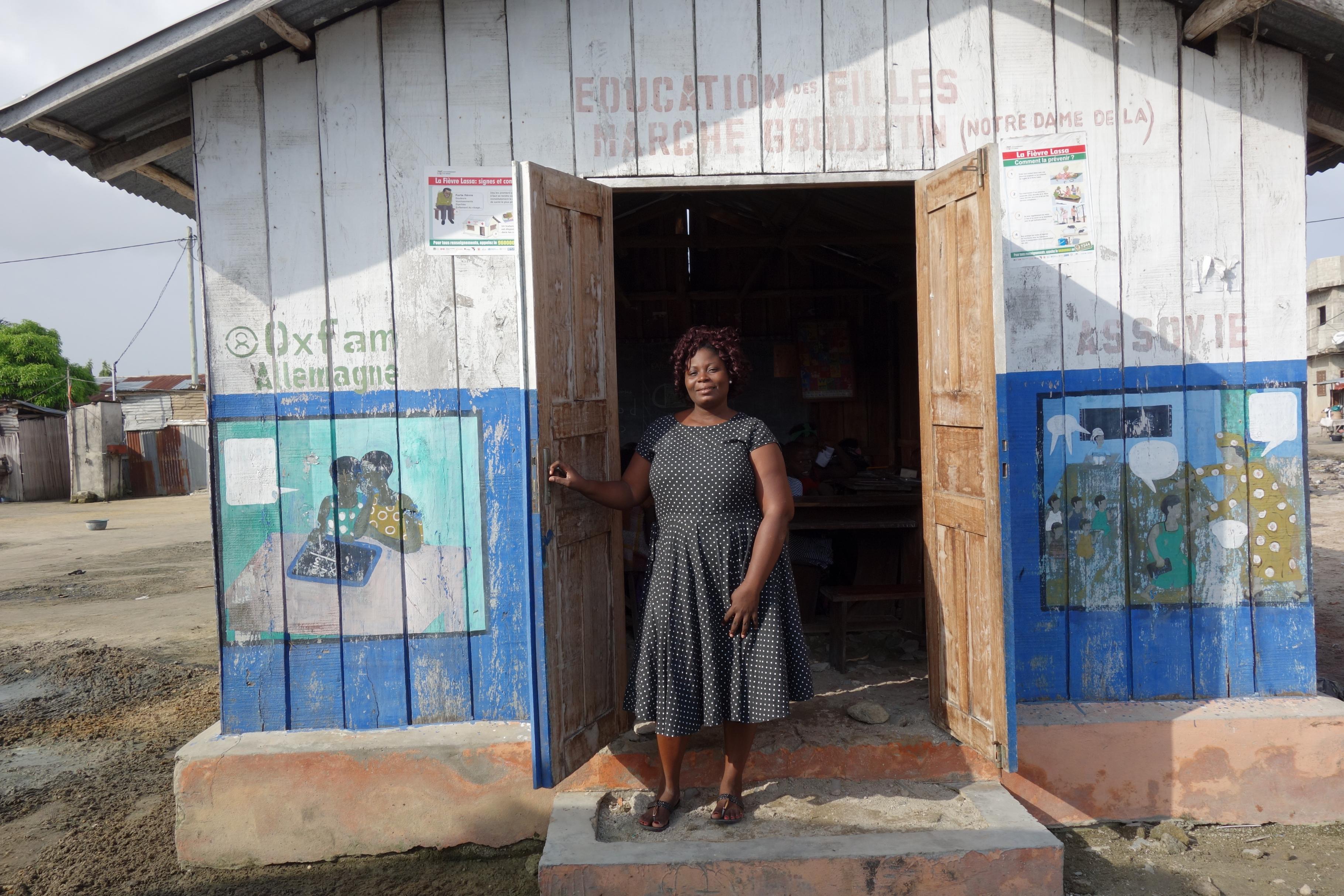 Die Lehrerin Marianique steht in der Tür der Marktschule von Gbodjètin, Benin.