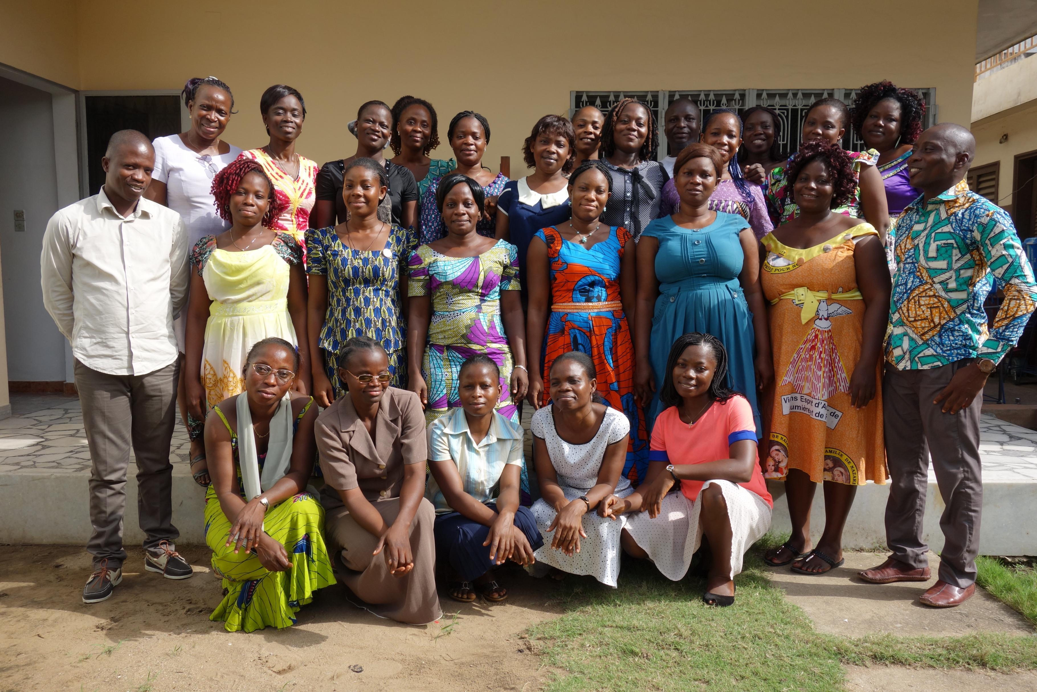 Gruppenbild der Mitarbeiter/innen von Oxfams beninischer Partnerorganisation ASSOVIE.