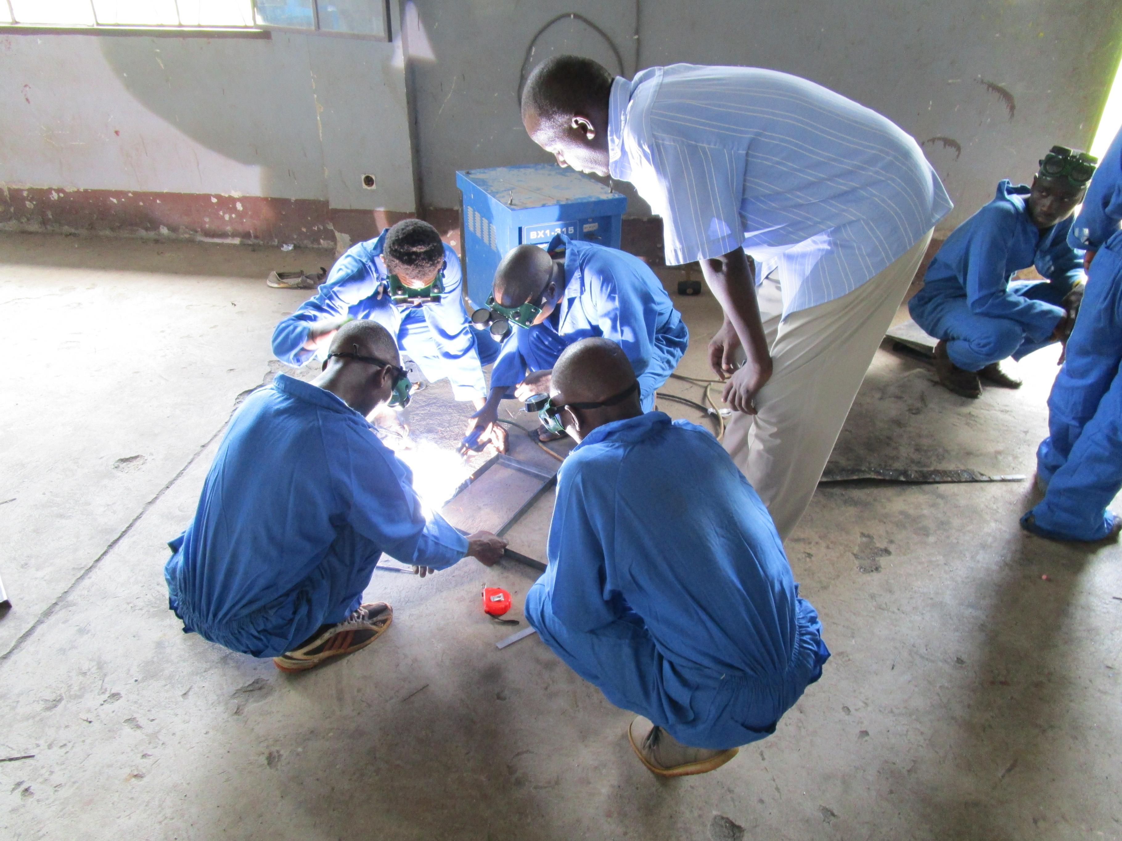 Männer absolvieren eine Schweißer-Ausbildung in Burundi