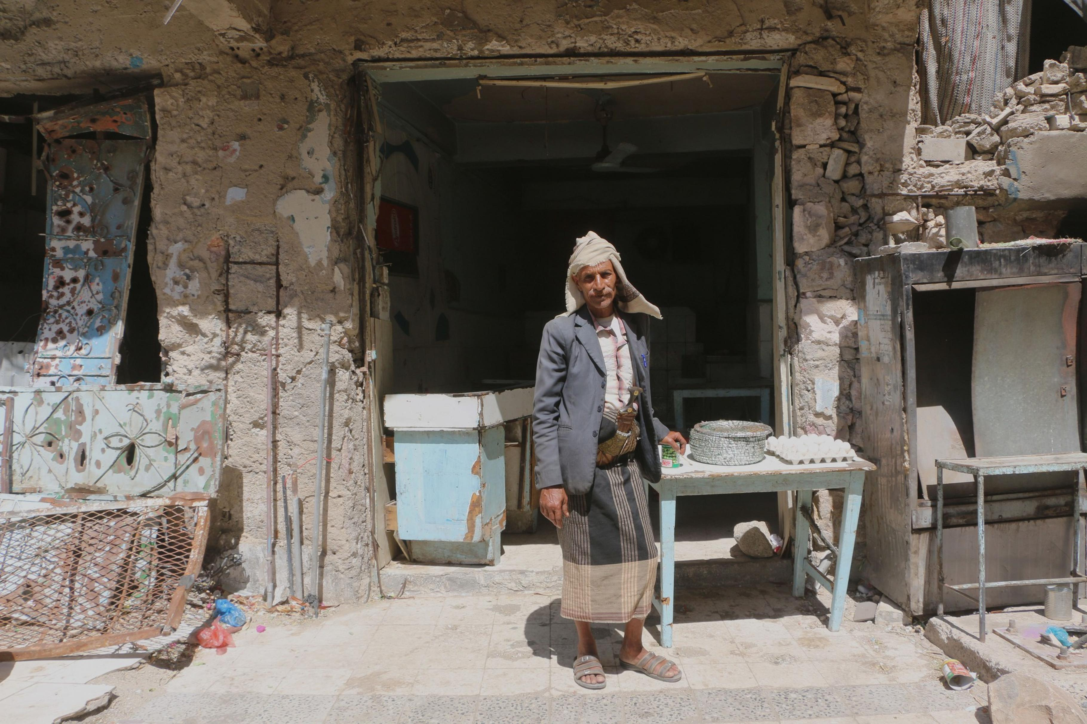Ahmed Al-Haj steht vor seinem Café in Taiz