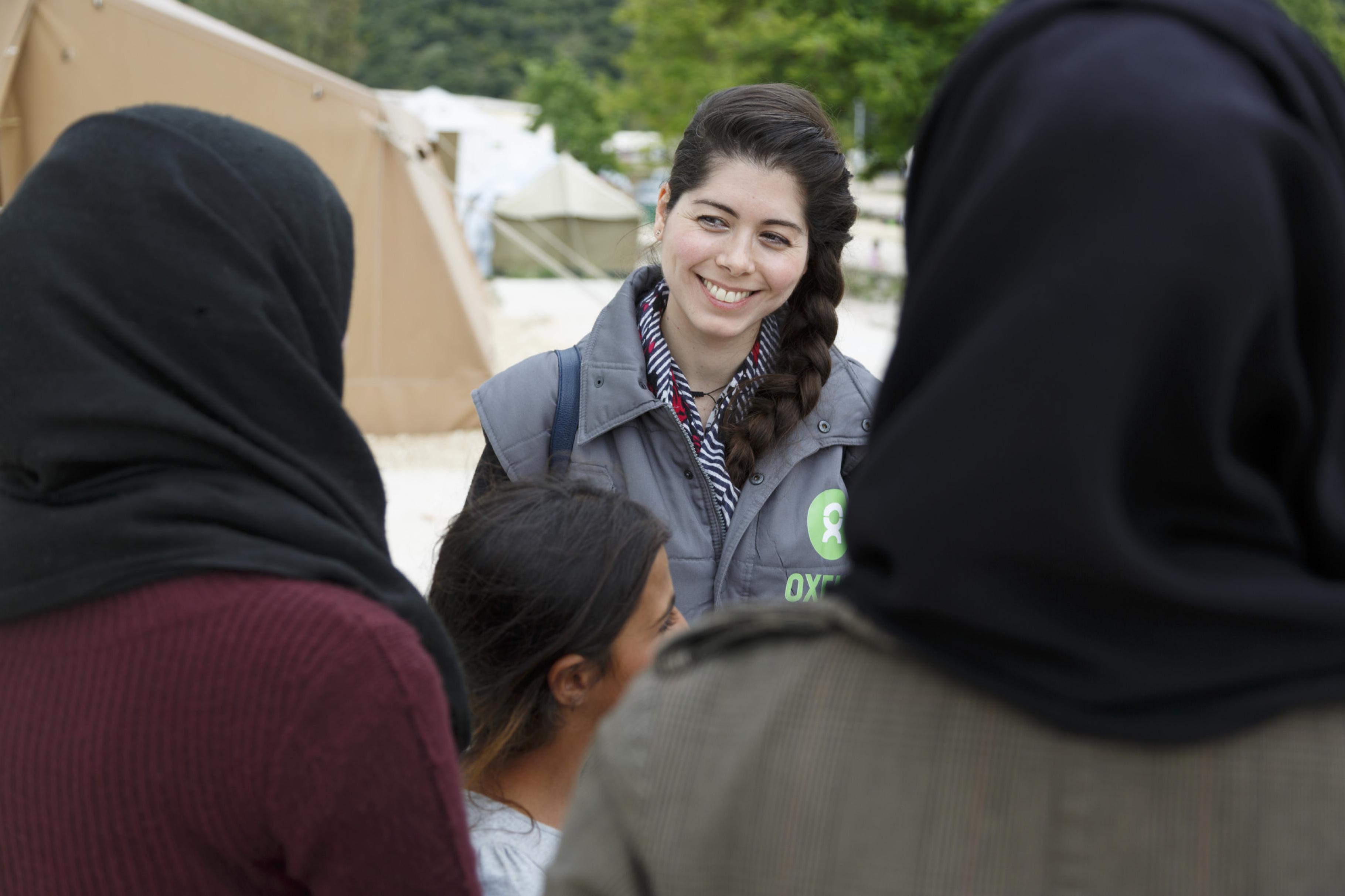 Marianna Kapelle vom Oxfam Gender & Protection Team im Gespräch mit geflüchteten Frauen