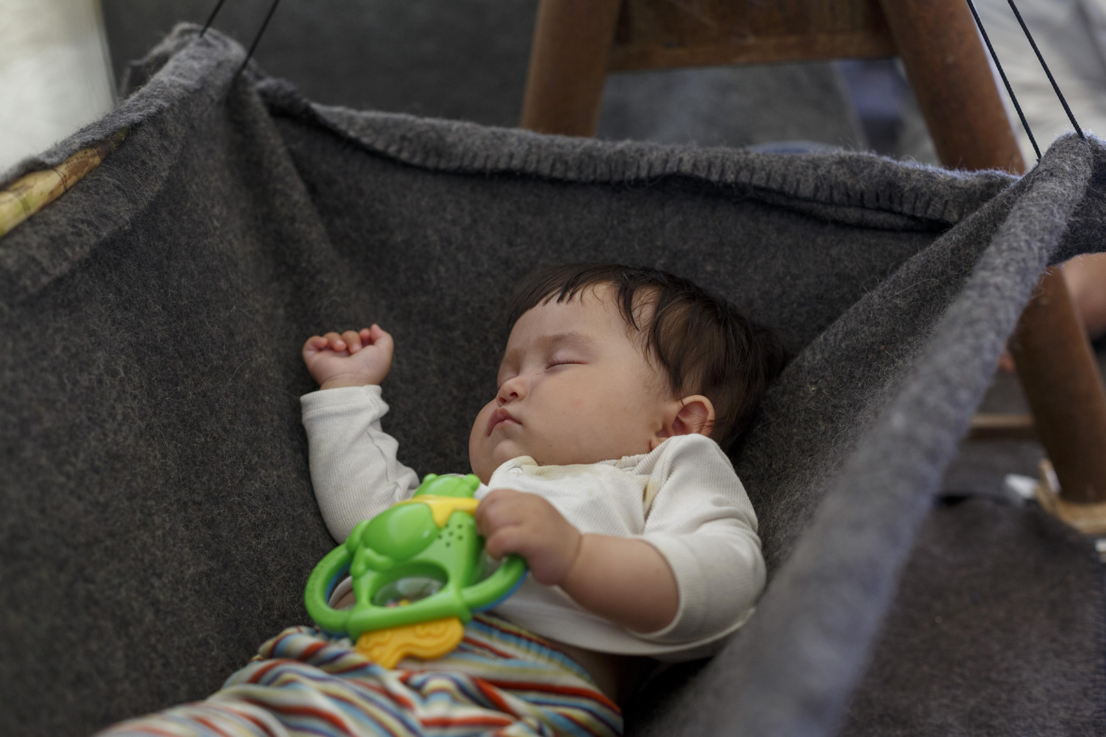 Säugling liegt in einer improvisierten Wiege