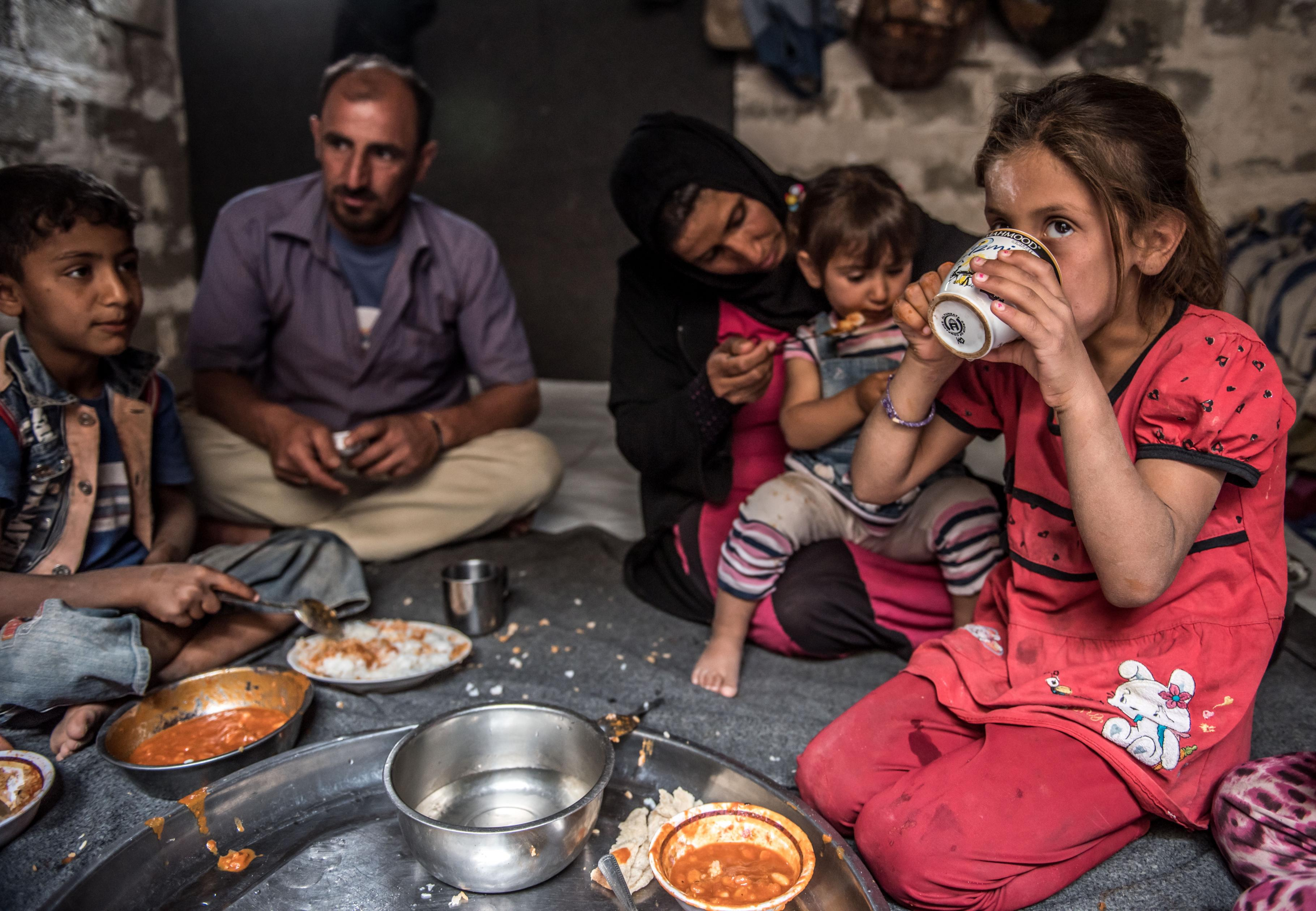 Wafaa lebt gemeinsam mit ihrer Familie und der ihres Bruders in einem kleinen, unfertigen Haus in Kahlo Bazini – drei Zimmer für mehr als 15 Personen.