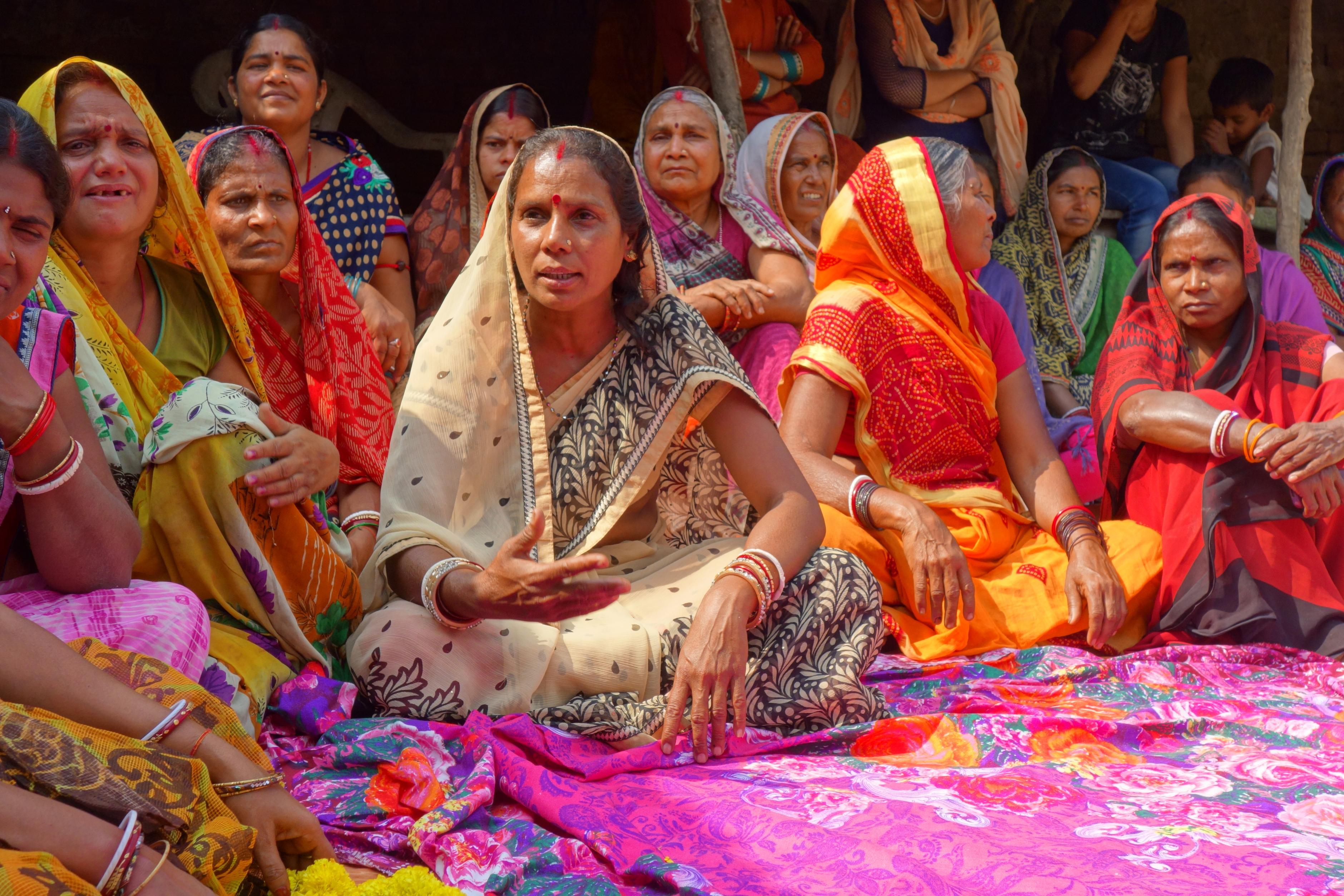 Sunita Devi sitzt mit weiteren Frauen zusammen