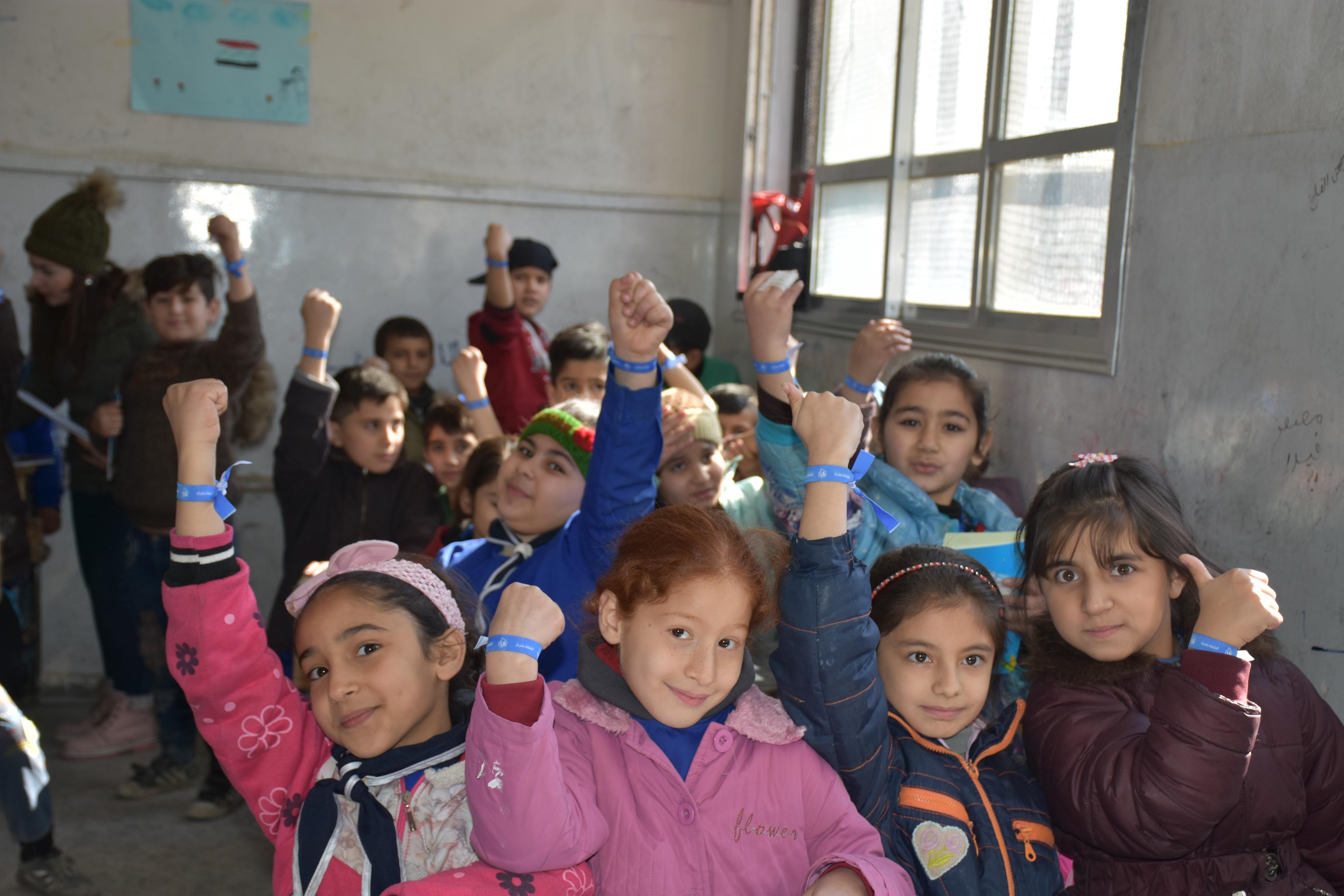 Kinder zeigen ihre Armbänder