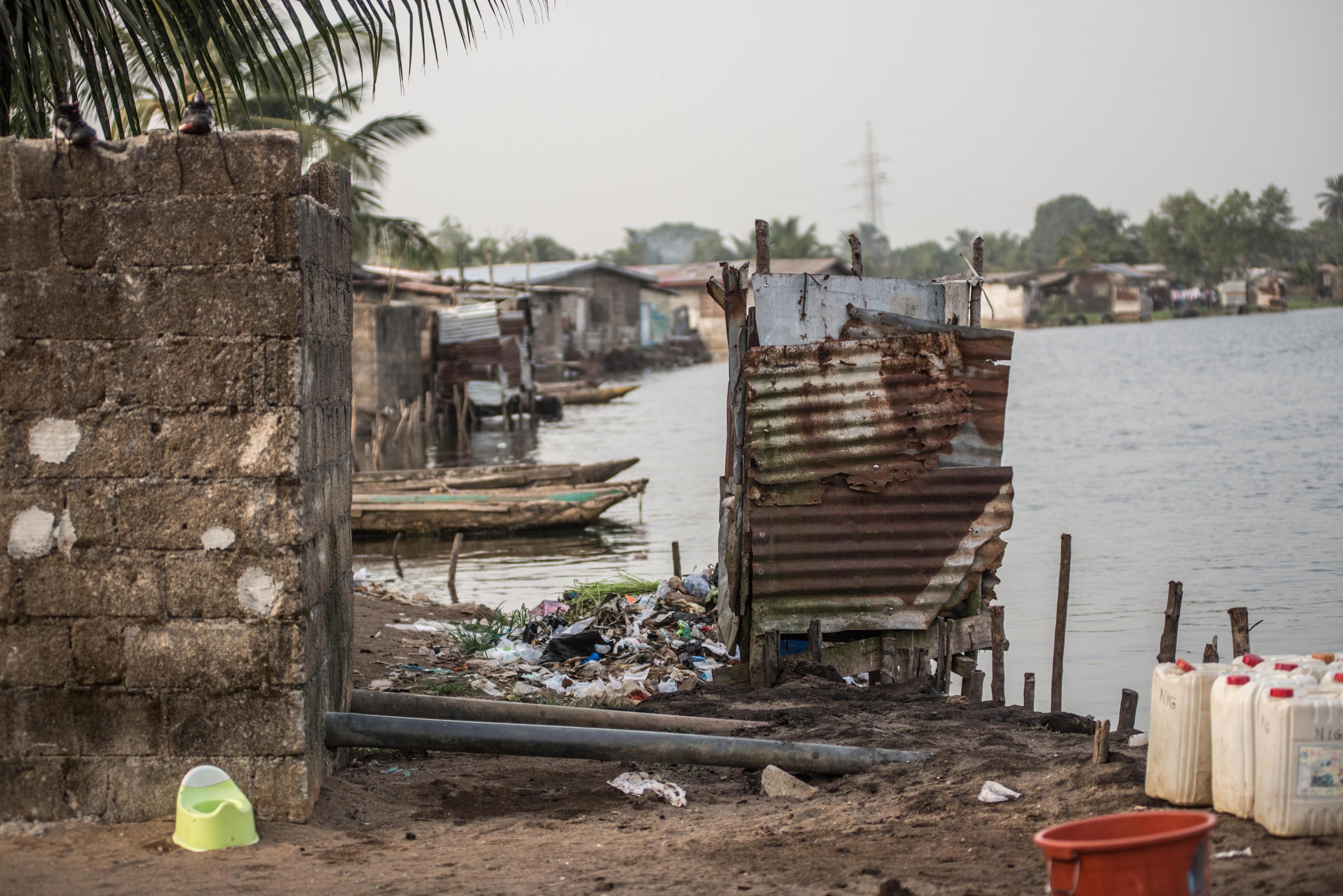 Eine hängende Toilette in Monrovia, Liberia