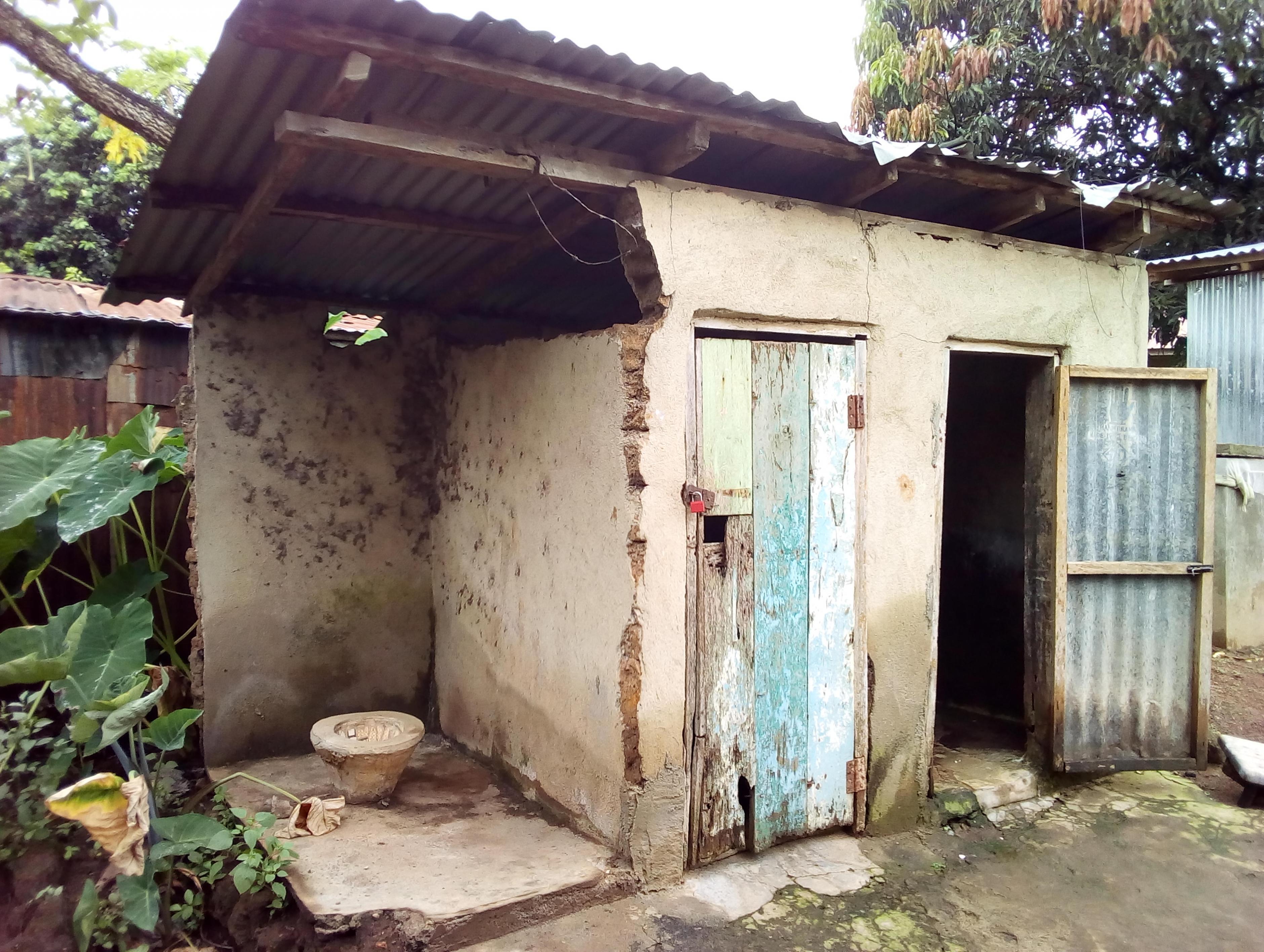 Eine Hocktoilette mit wenig Privatsphäre in Sierra Leone