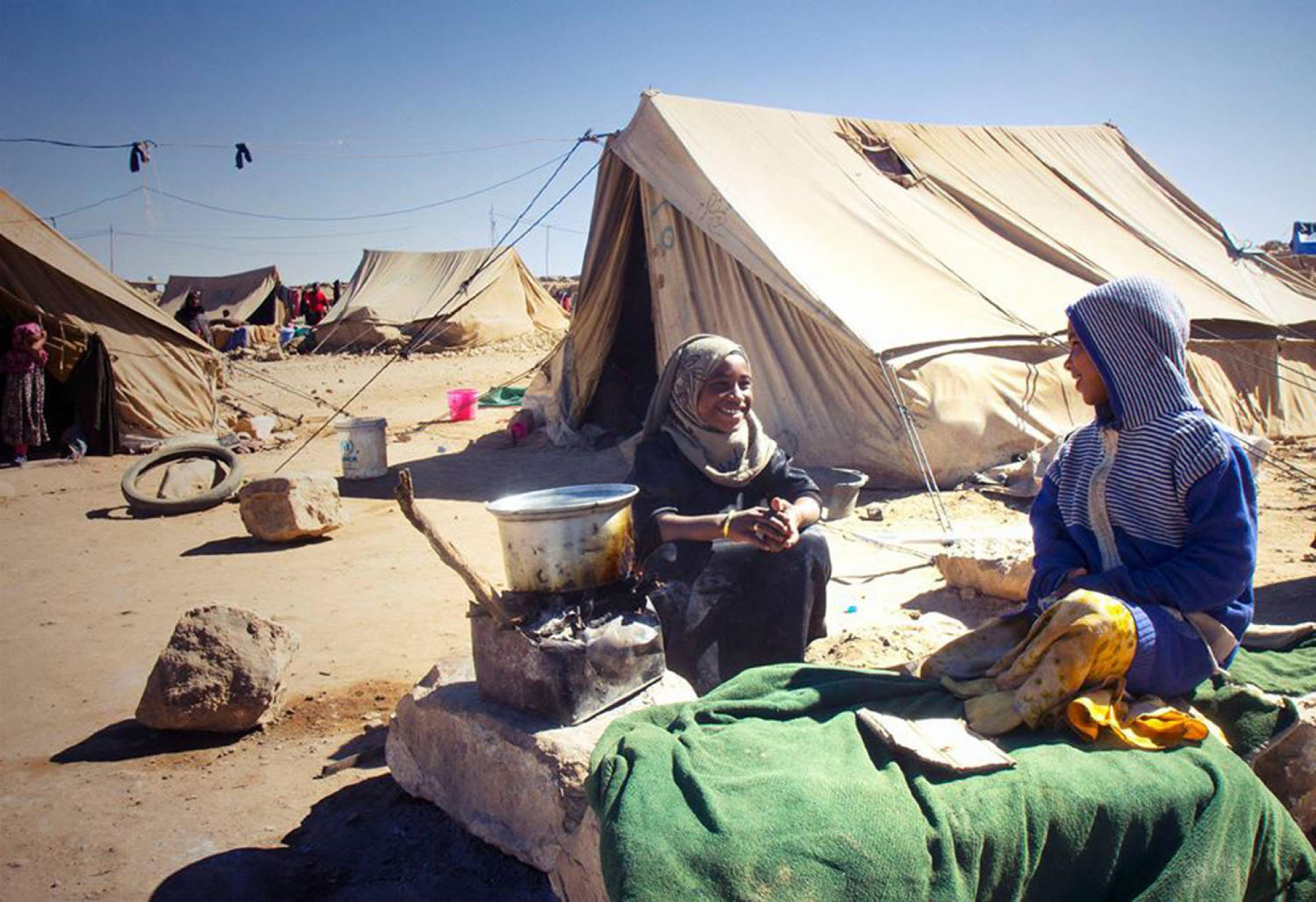 Zwei Kinder in einem Camp im Jemen