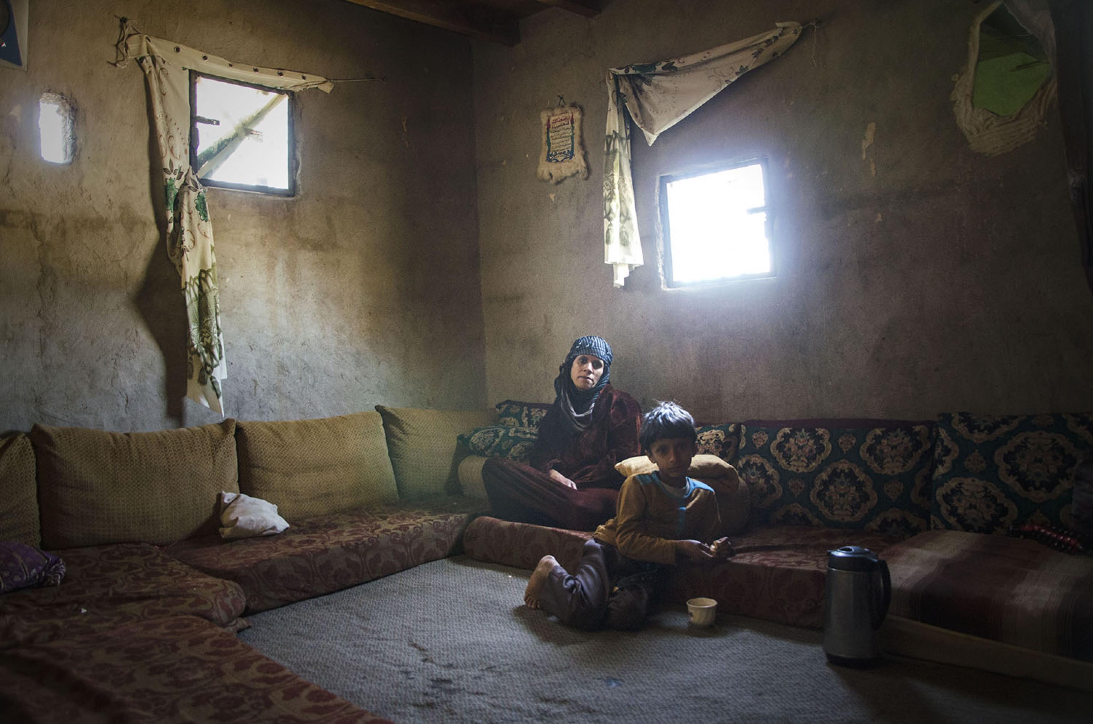 Katibas Sohn und ihre Mutter in ihrem Zuhause