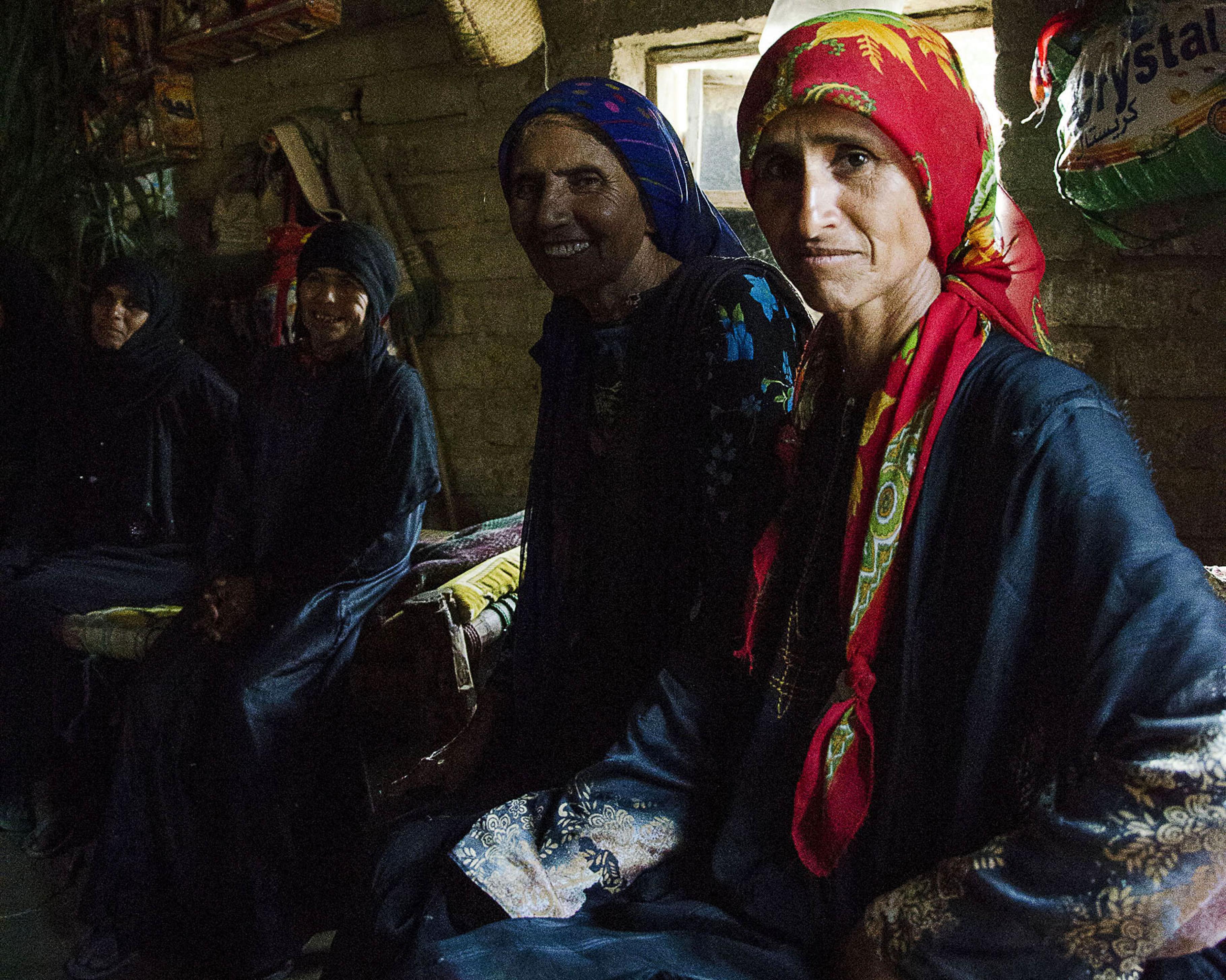 Khamisas Verwandten sitzen gemeinsam in ihrem Zuhause