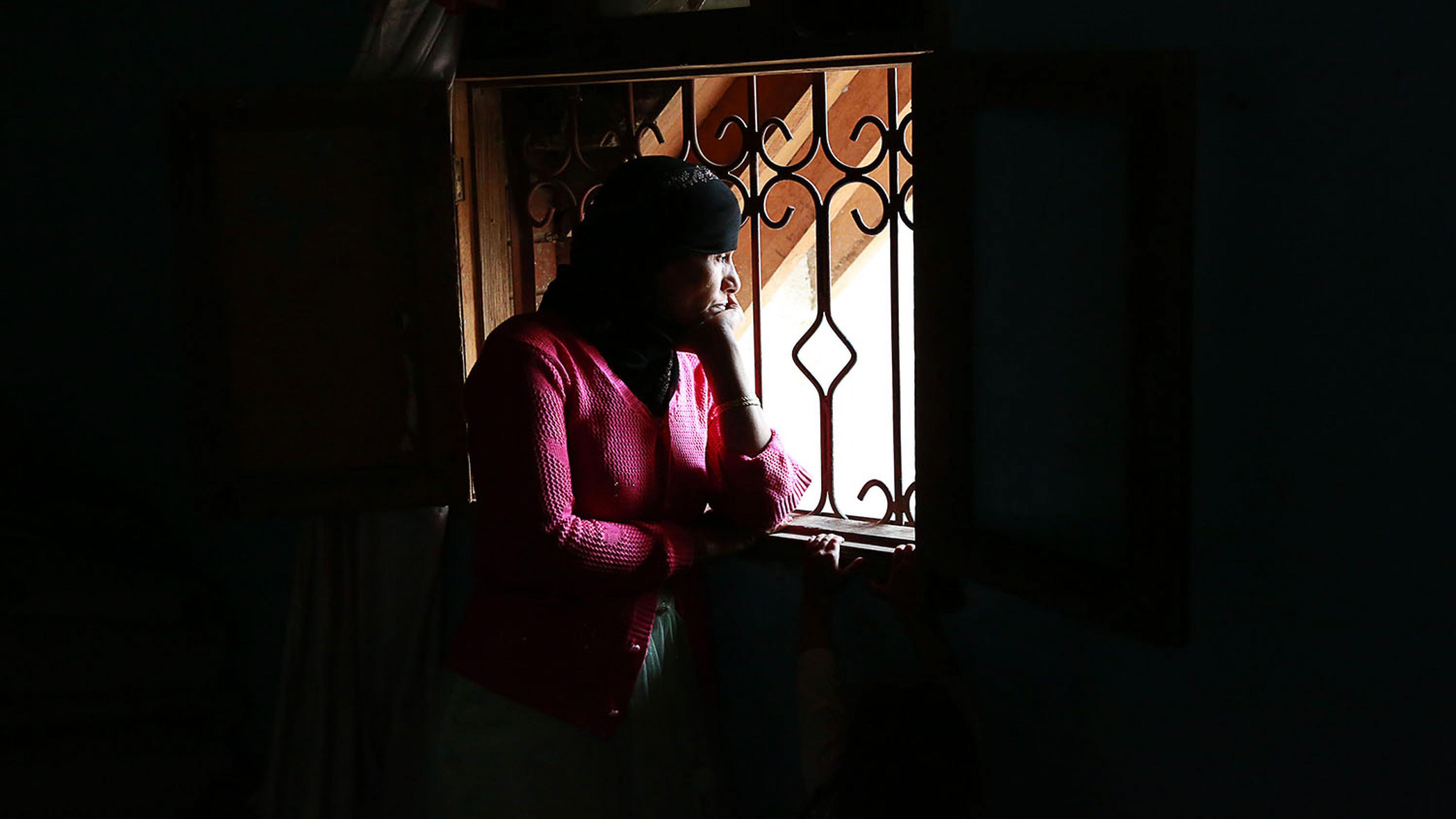 Om Nawal steht gedankenverloren am Fenster