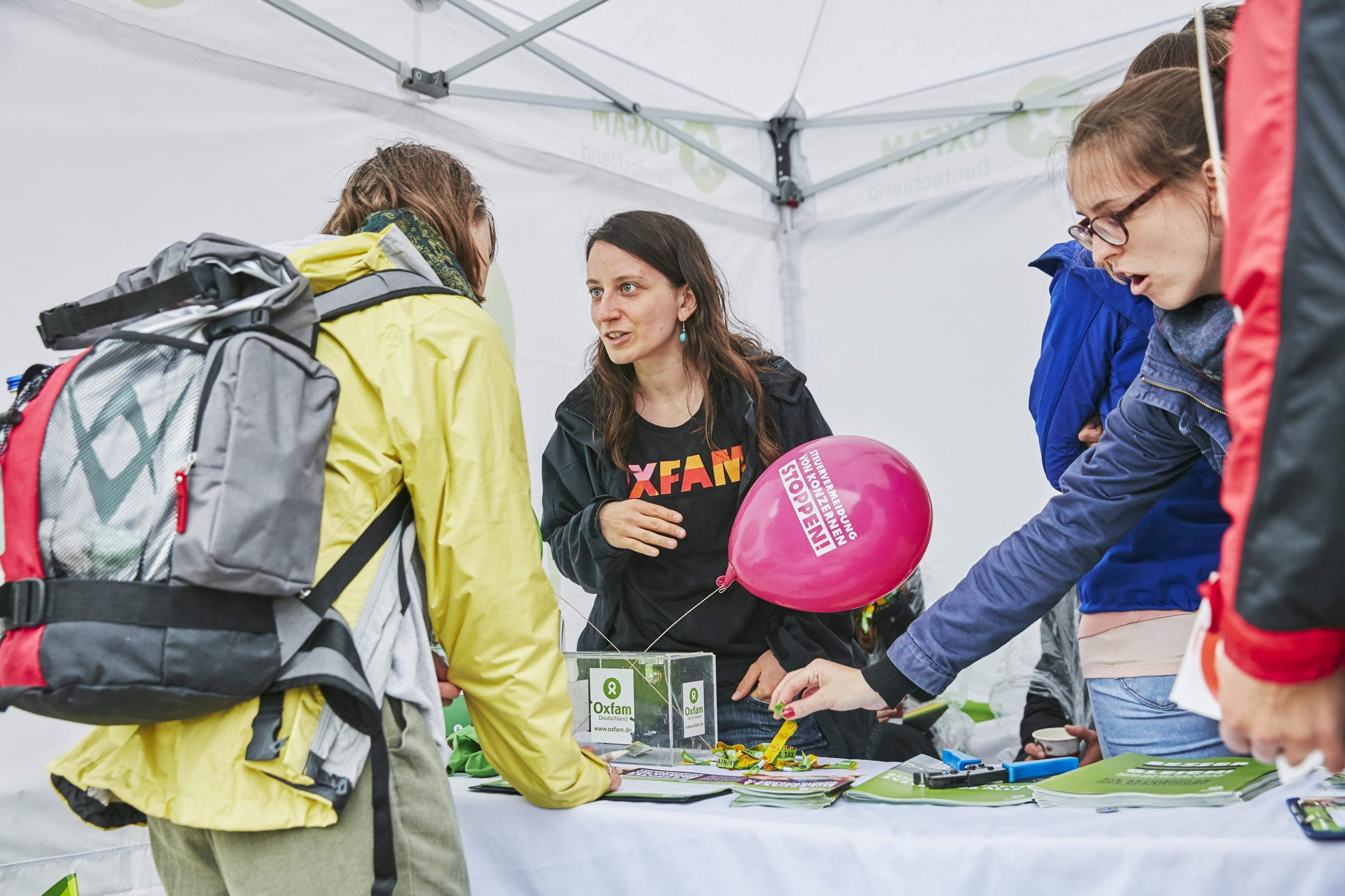 Eva Vayhinger am Oxfam-Infostand