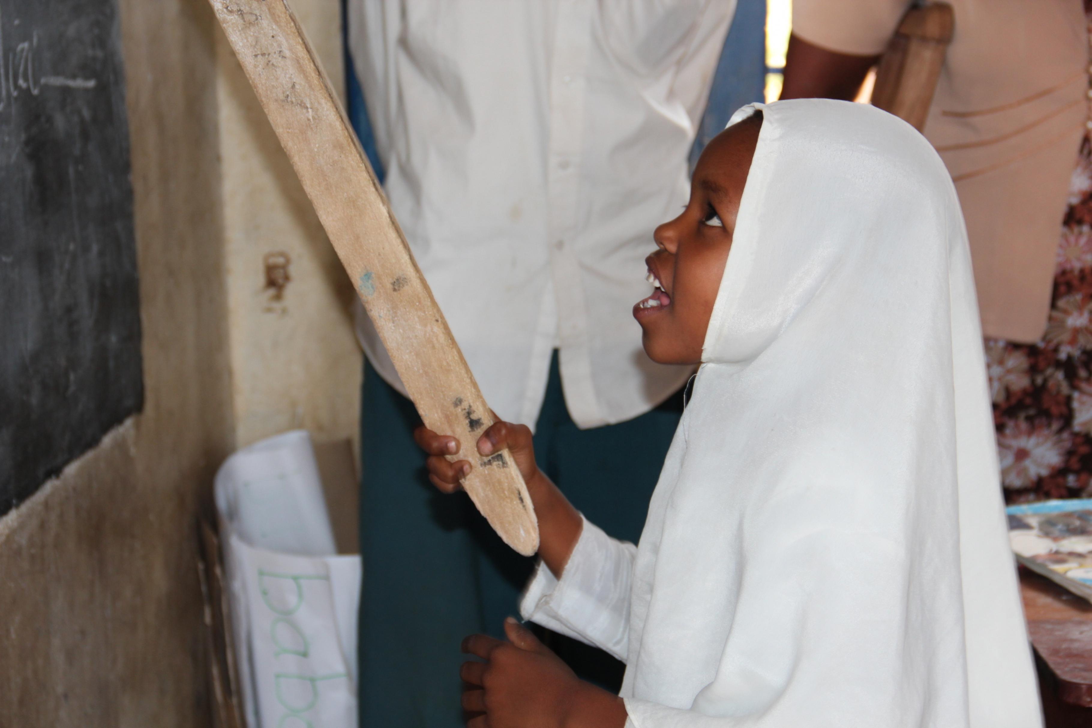 Mädchen an einer Schultafel in Tansania