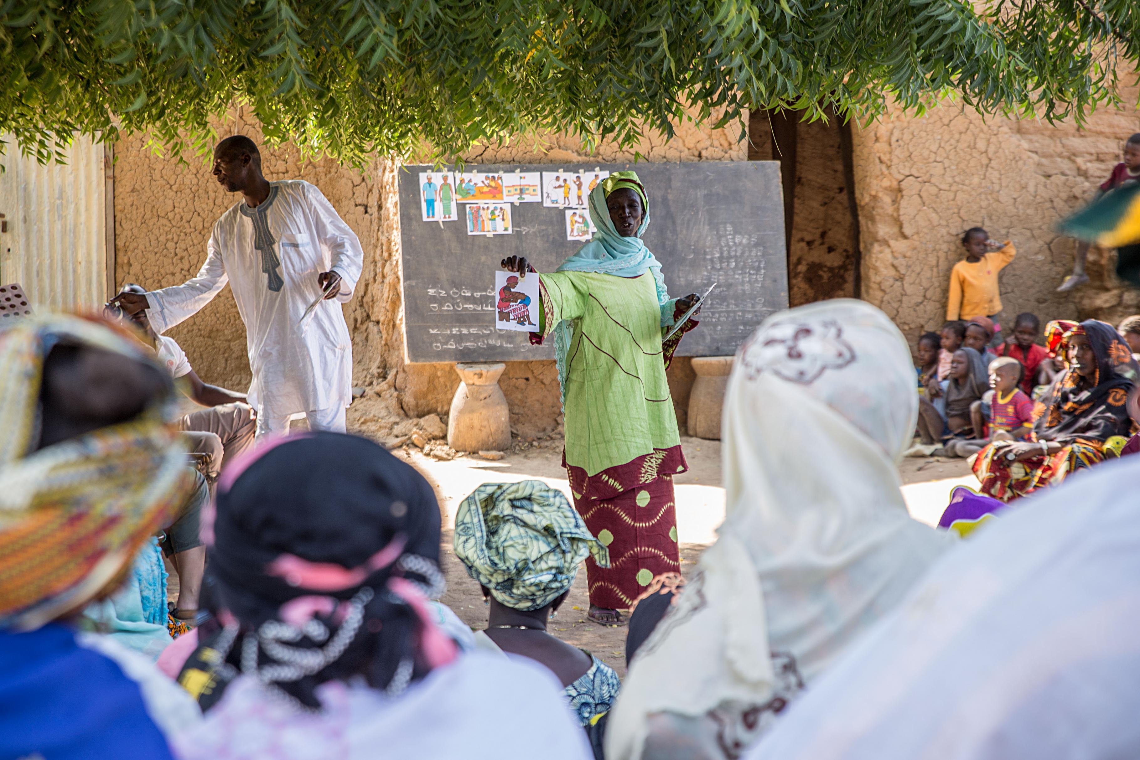 Oxfams lokale Partnerorganisation klärt über die Folgen weiblicher Genitalverstümmelung auf
