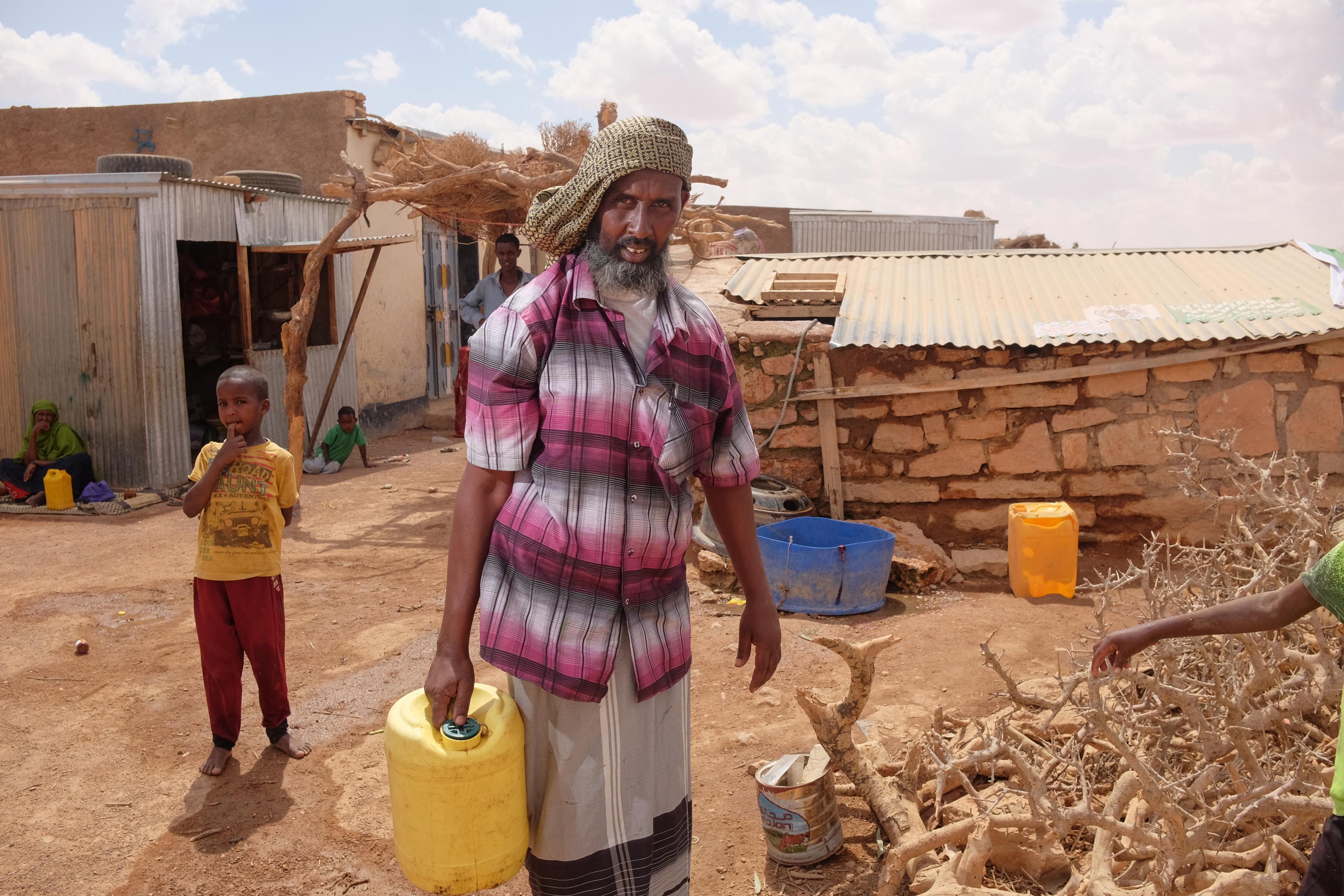 Abdile holt sauberes Wasser von einem von Oxfam bereitgestellten Wassertankwagen.