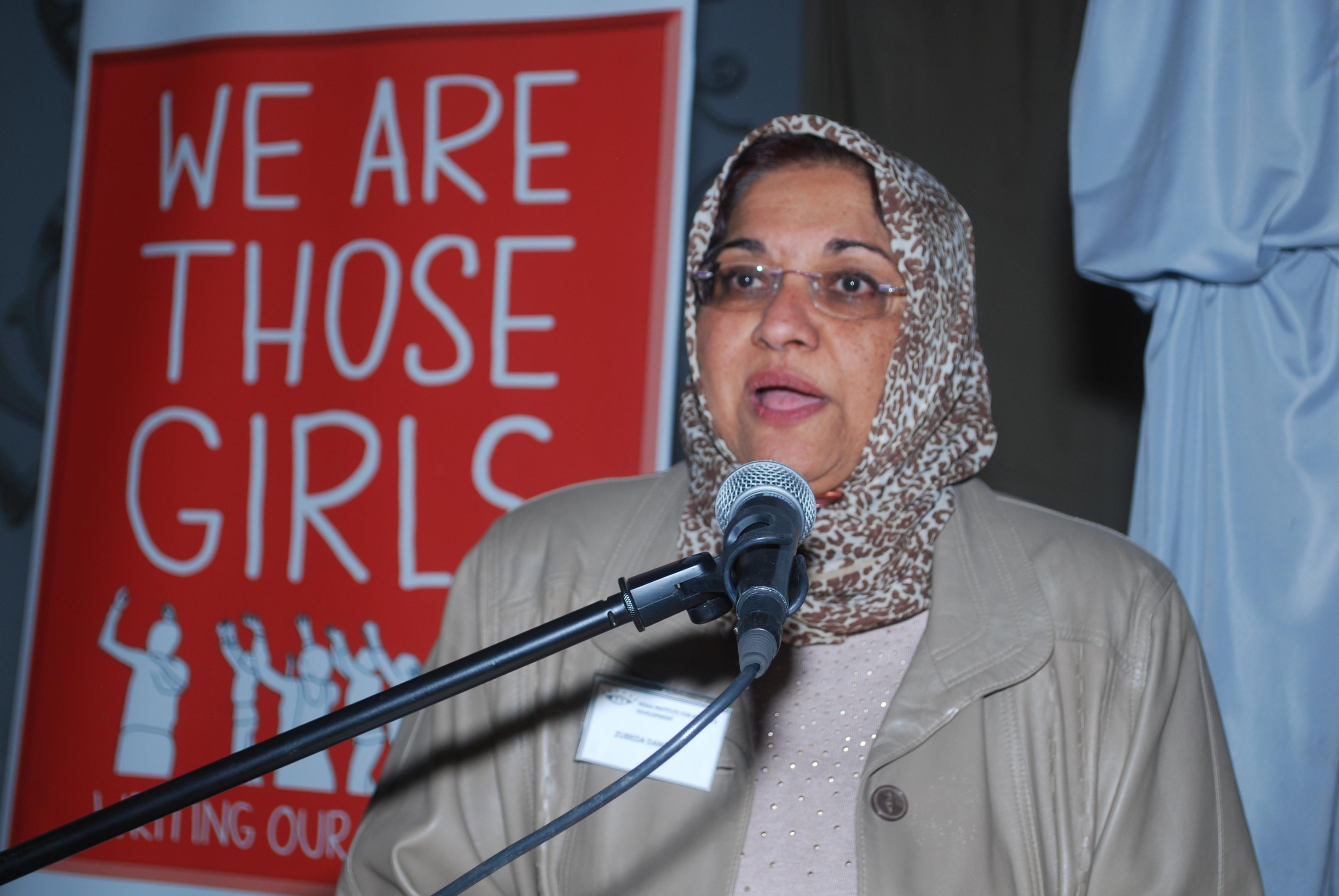 """Dr. Zubeda Dangor, Geschäftsführerin von Nisaa, spricht bei der Vorstellung des Buches """"We are those girls"""""""