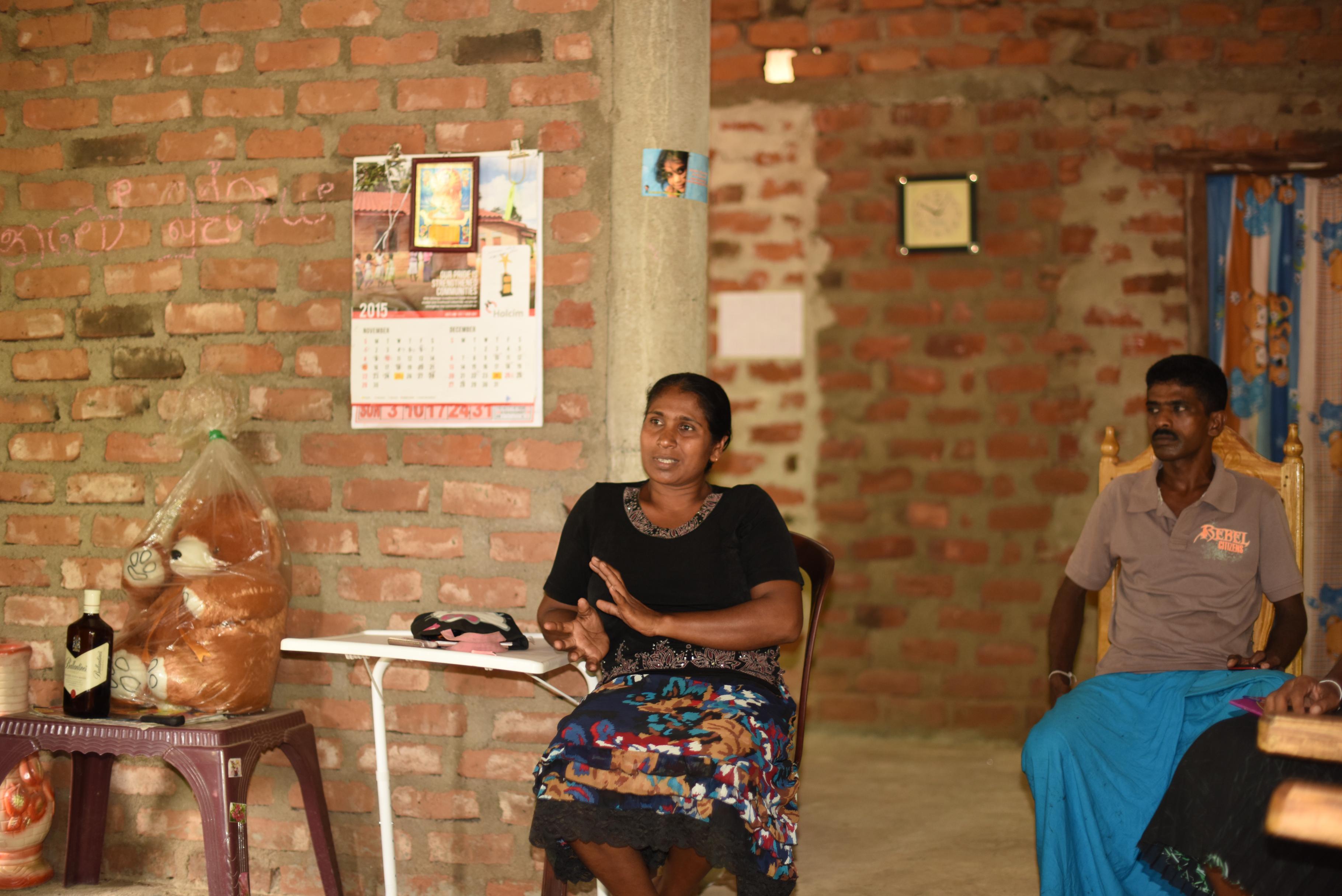 Rathnamali Kariyawasam spricht bei einem Treffen mit der Dorfgemeinschaft