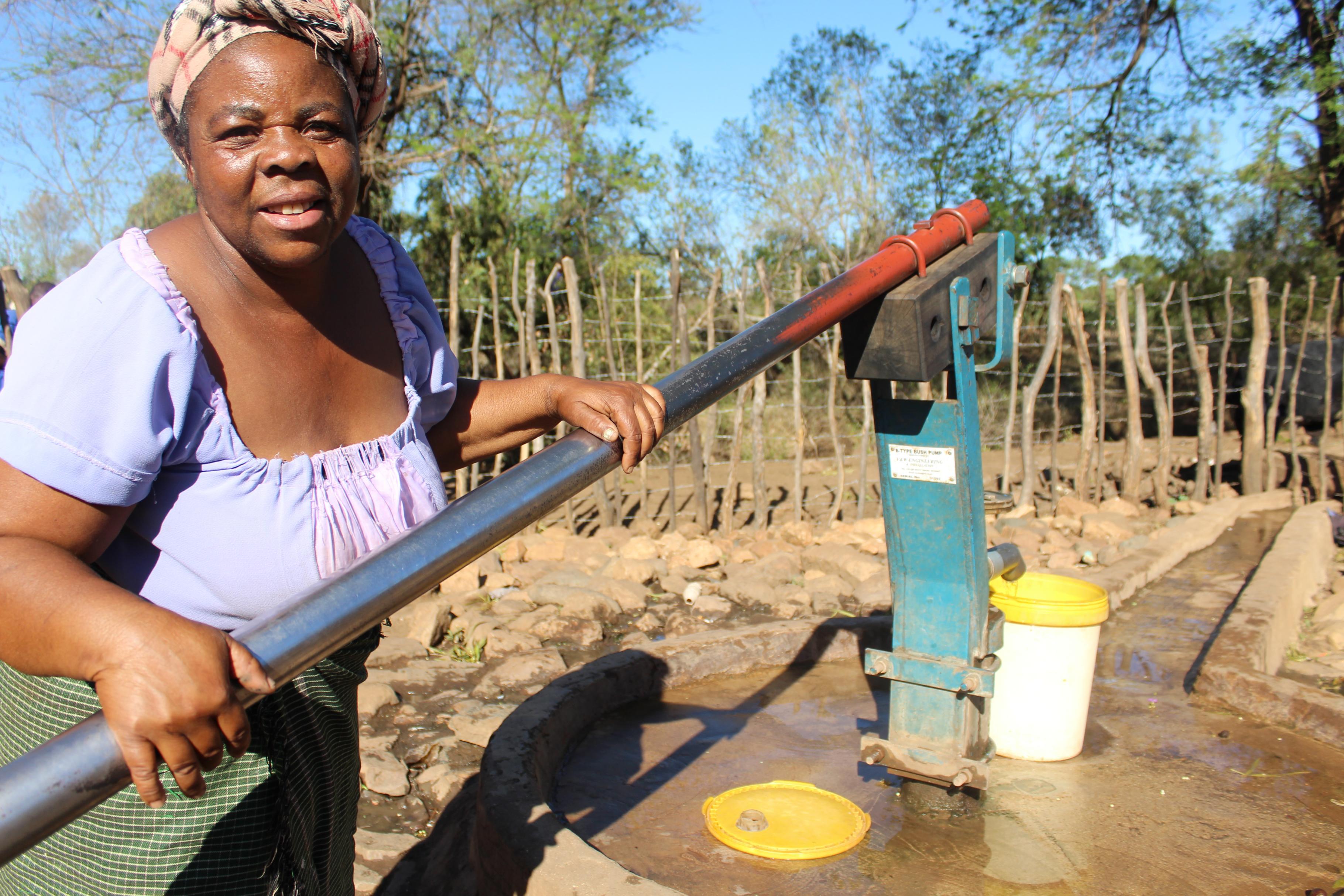 Patricia Tavaruva aus Simbabwe an Wasserstelle