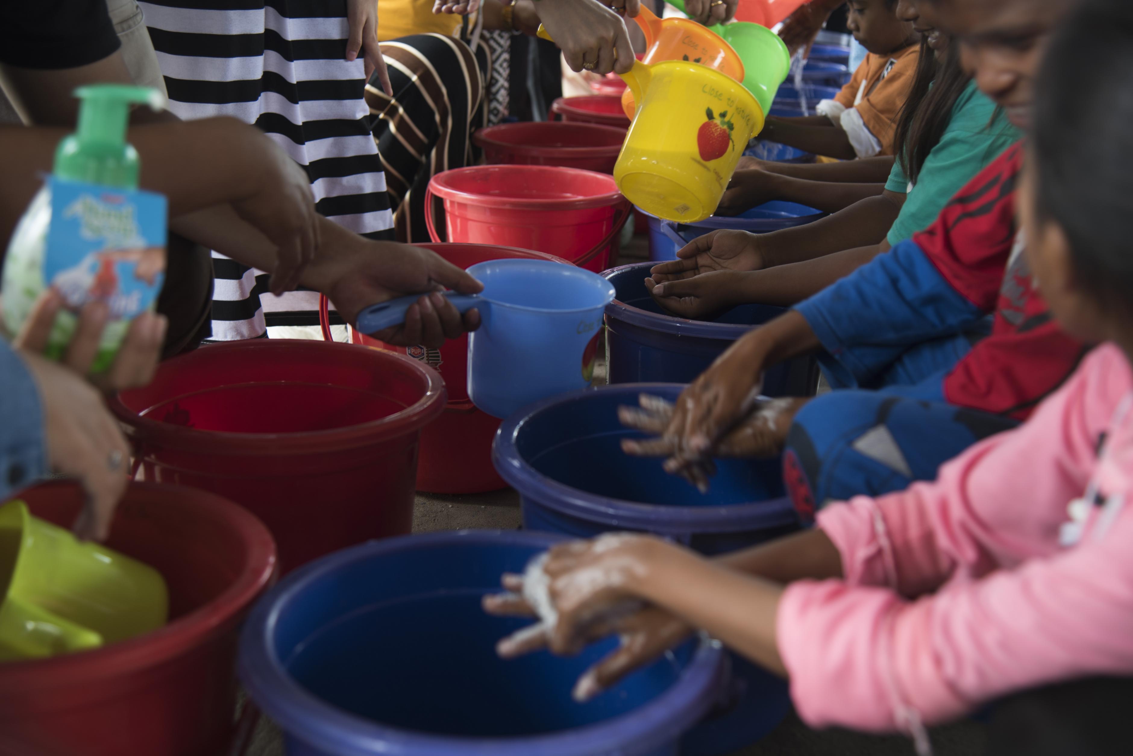 Kinder waschen sich die Hände.