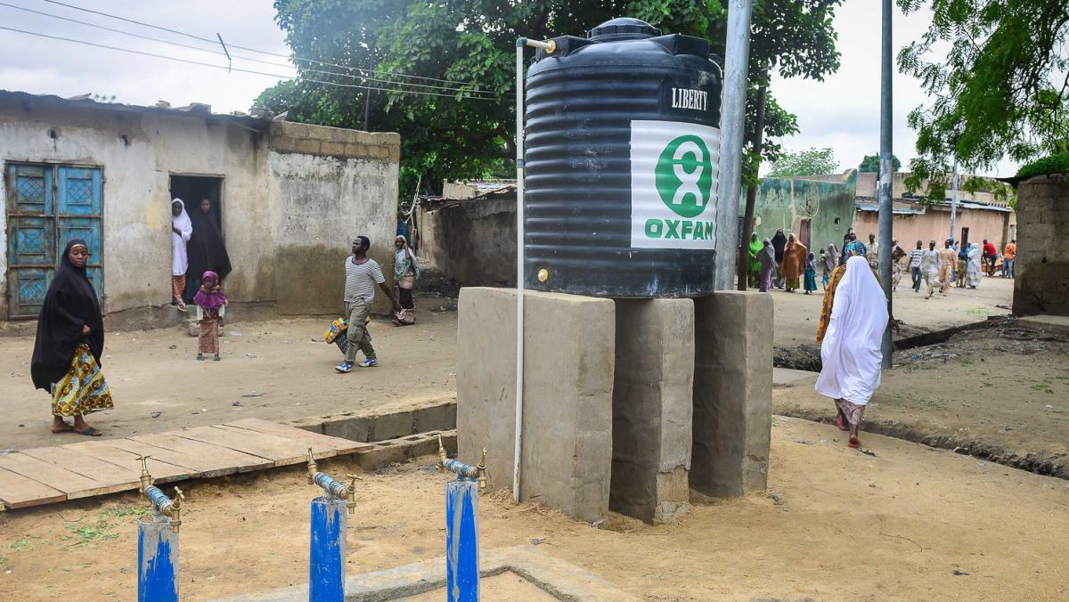 Ein Oxfam Wassertank in der Gemeinde Kabbar Maila