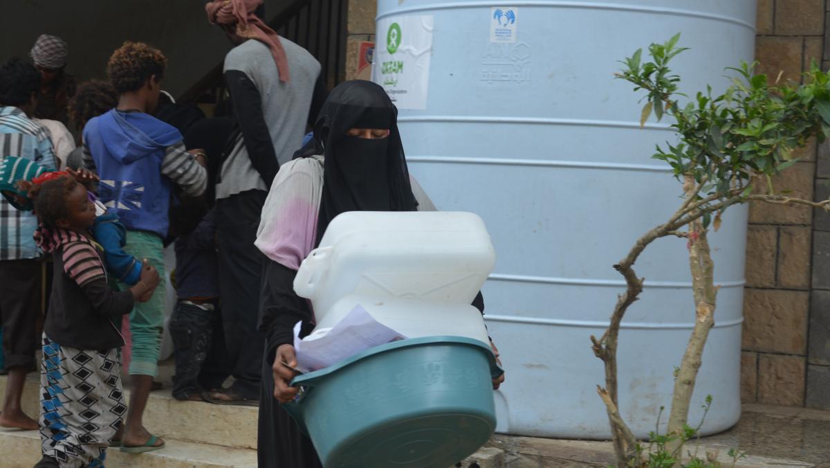 Eine Frau aus dem Jemen trägt ein Hygiene-Set