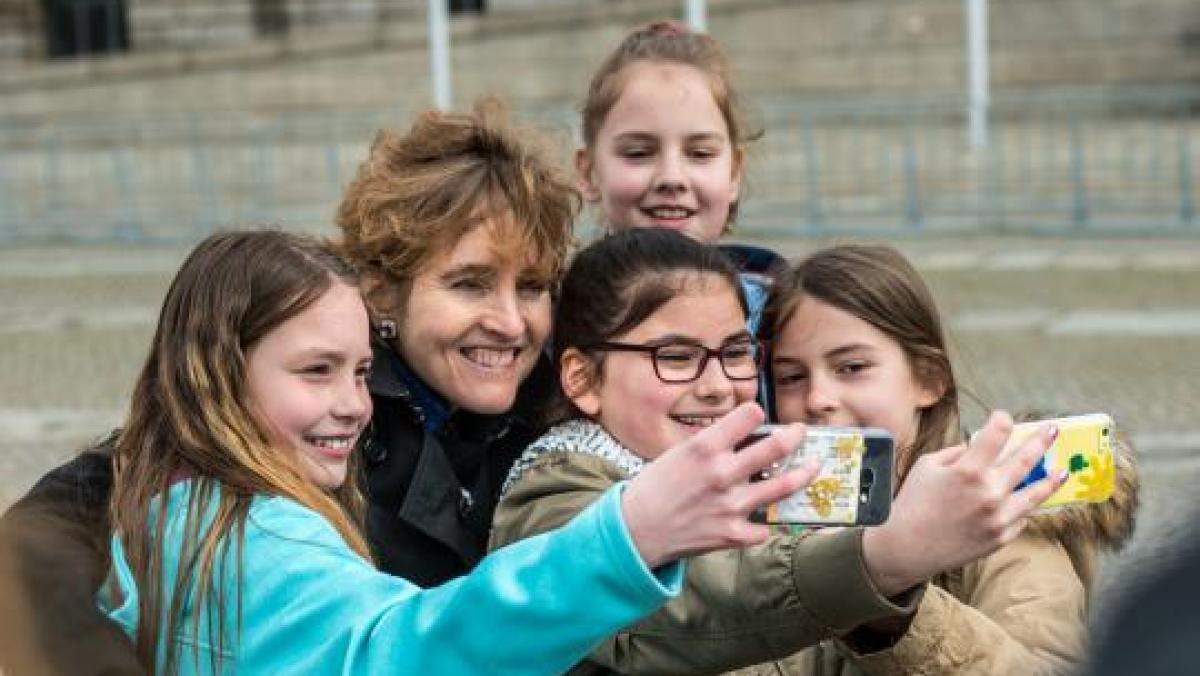 Eine Gruppe Mädchen mit Smartphones