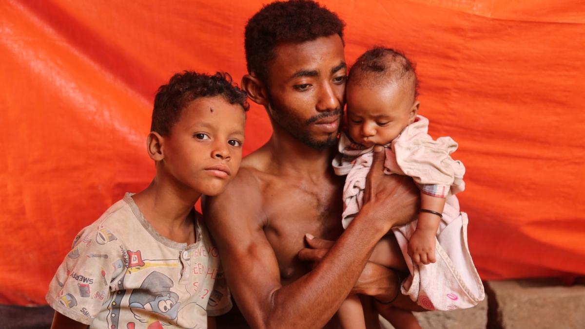 Der Jemenit Ahmed mit seinen Kindern