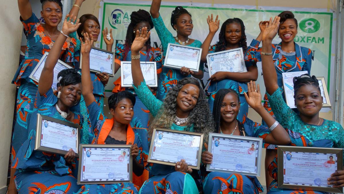 Elf Absolventinnen erhalten ihr staatliches Diplom in Benin