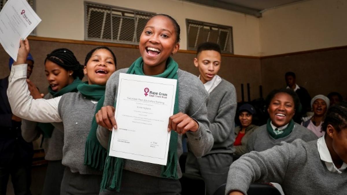 Südafrika: Die jugendlichen Multiplikator/innen in Khayelitsha erhalten ihre Fortbildungszertifikate