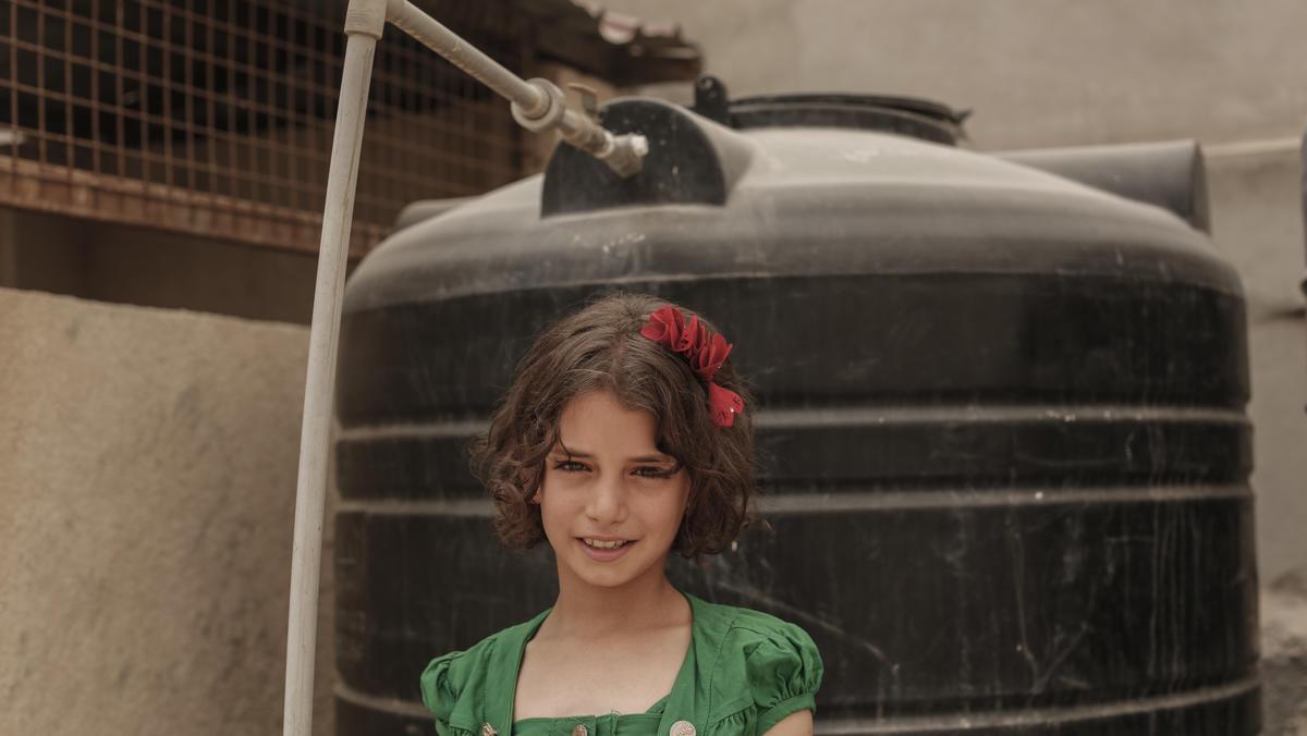 Syrische Flüchtlinge in Jordanien: Sara vor eine Oxfam-Wassertank