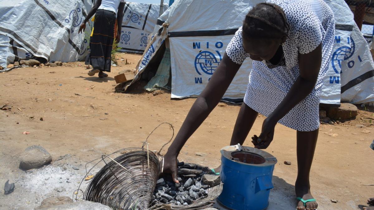 UN Flüchtlingscamp Südsudan: Frau mit kleinem Herd