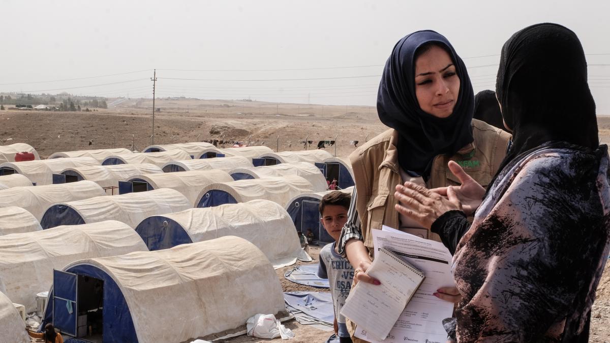 Oxfam-Hygieneberaterin Yusra Badawi spricht mit Familien im Golat-Camp in Debaga