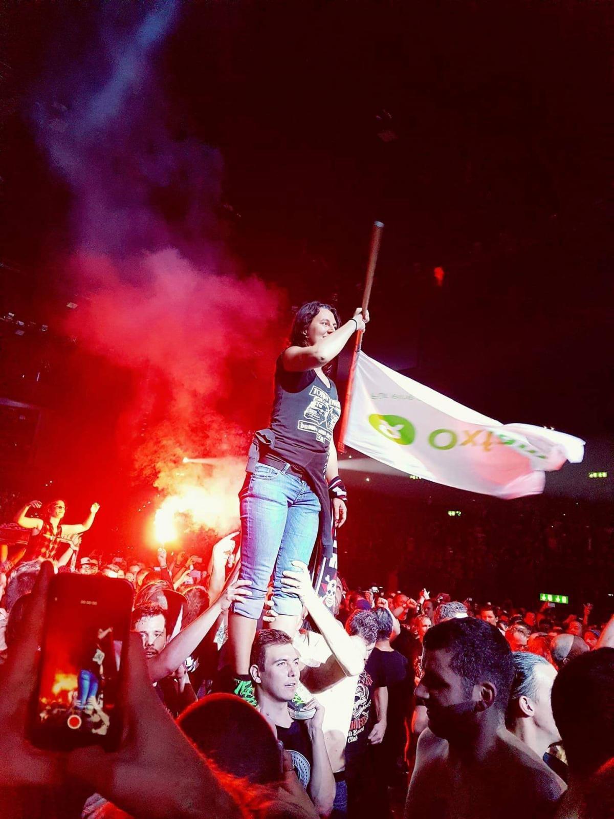 Veronika Bartram als Konzertaktivistin auf einem Konzert der Toten Hosen