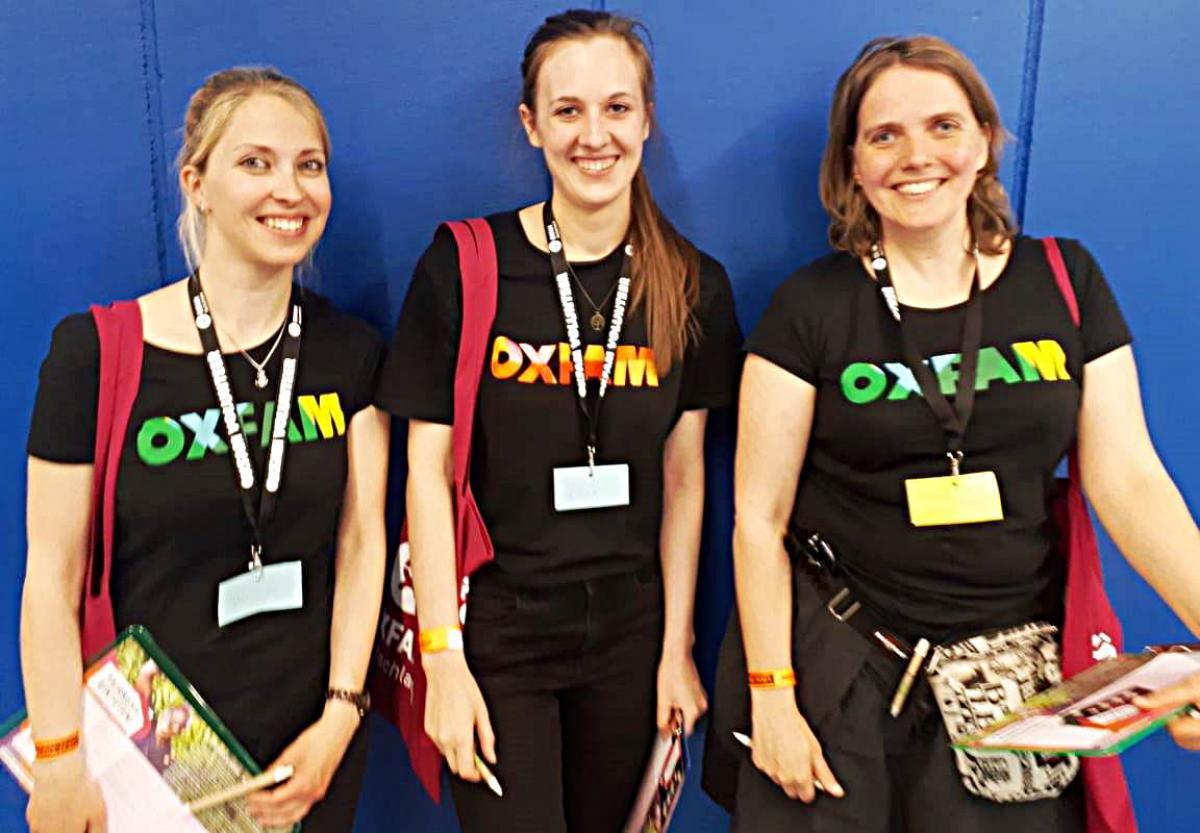 Miriam Markus und zwei weitere Konzertaktivistinnen in voller Montur zum Sammeln von Unterschriften