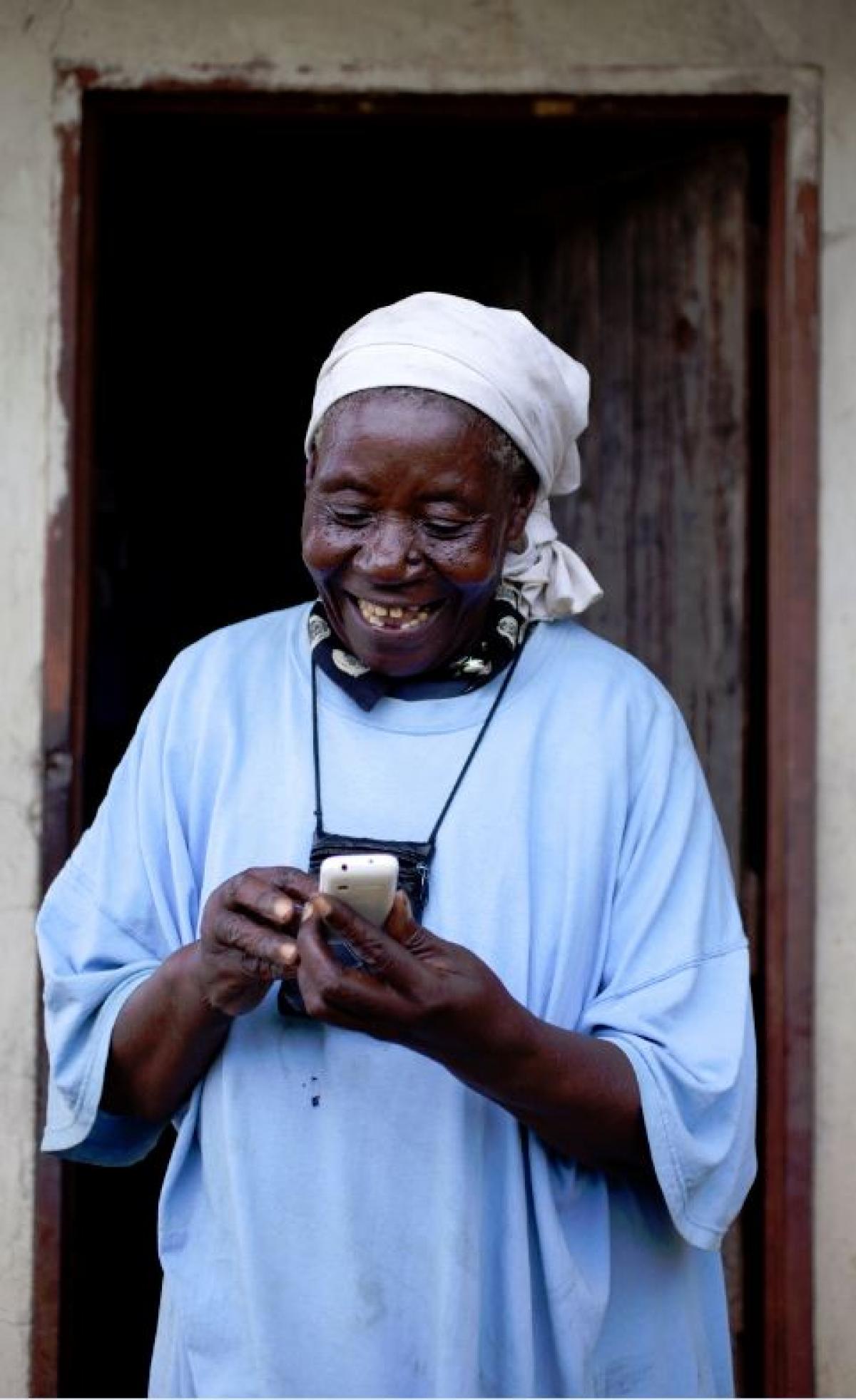 Florence aus Simbabwe erhält finanzielle Unterstützung per Mobiltelefon