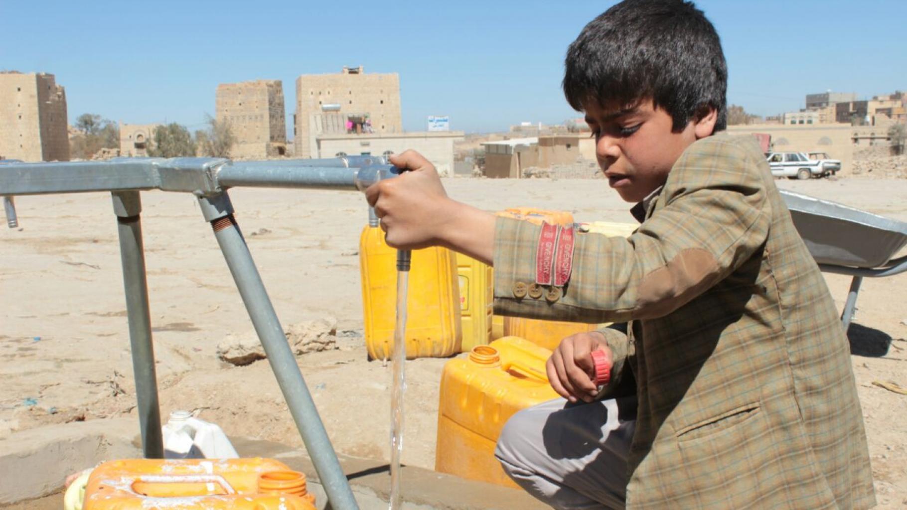 Der Junge Mujahed (Name geändert) lebt mit seiner Familie und Hunderten von anderen Binnenvertriebenen im Huth-Camp im Jemen
