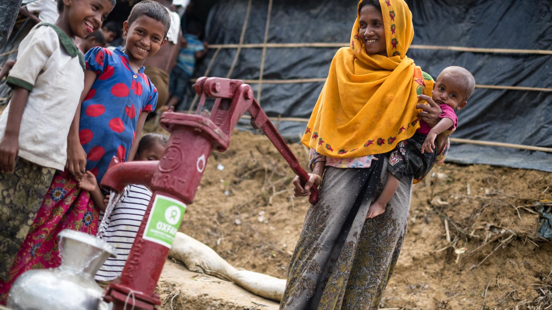 Im Flüchtlingscamp Moinnarghona in Bangladesch holt Sumania Wasser.