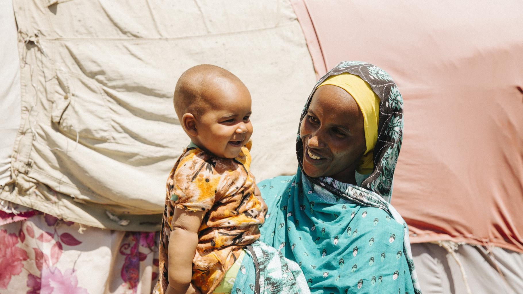 Aisha aus Äthiopien mit ihrem jüngsten Kind Oxfam