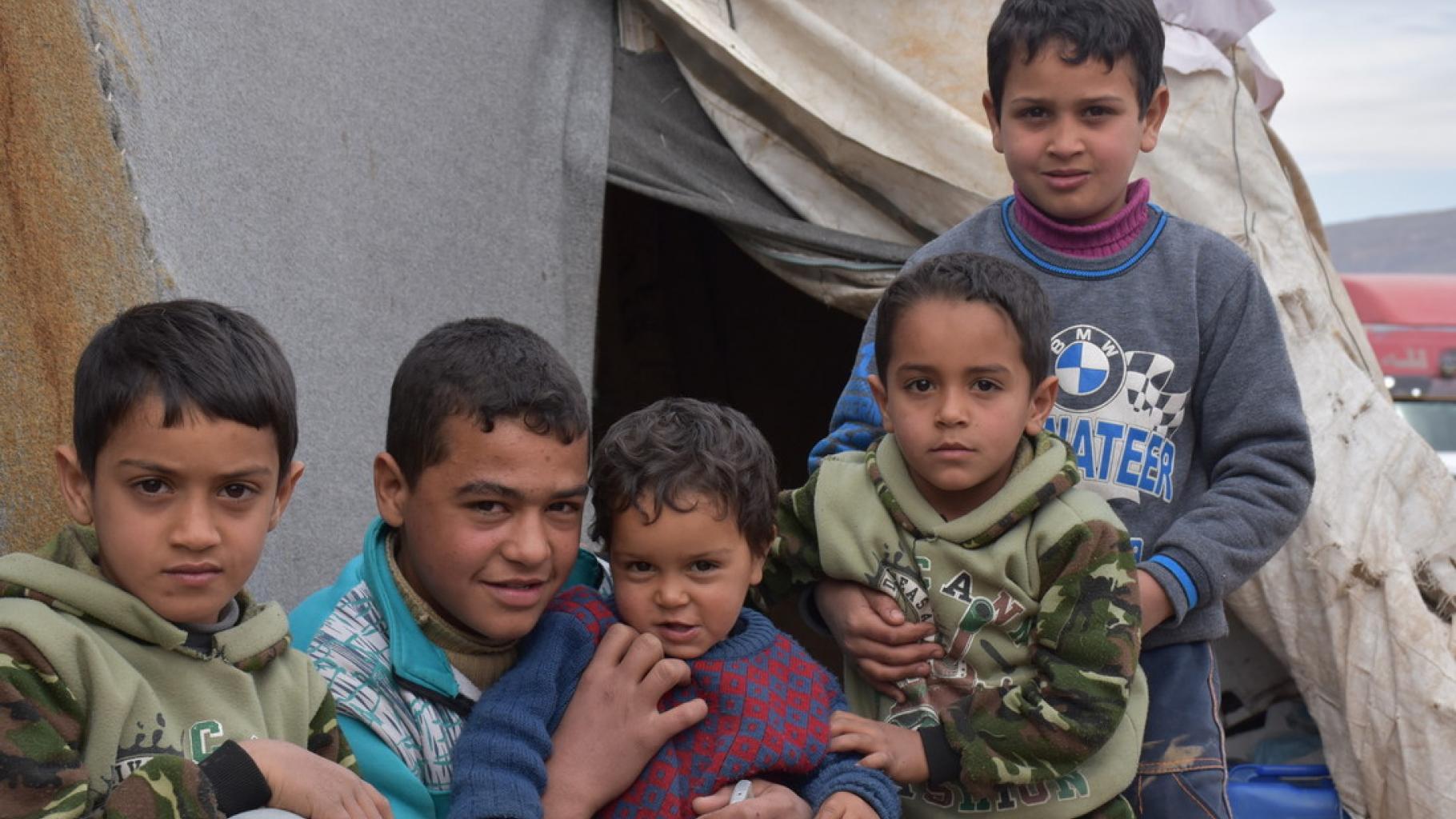Der 16-jährige Hanimit seiner Familie in einem Zelt in Herjalleh