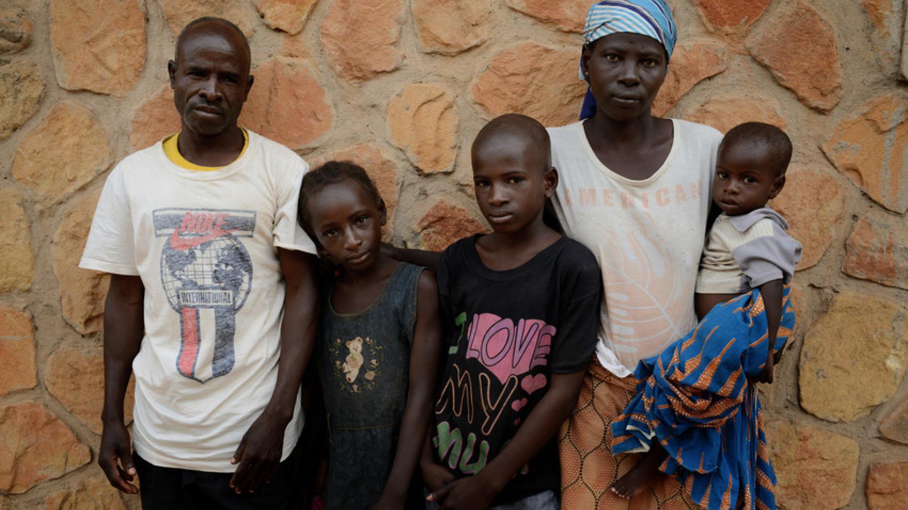 Samuel Samson, seine Frau und seine drei Kinder schauen in die Kamera