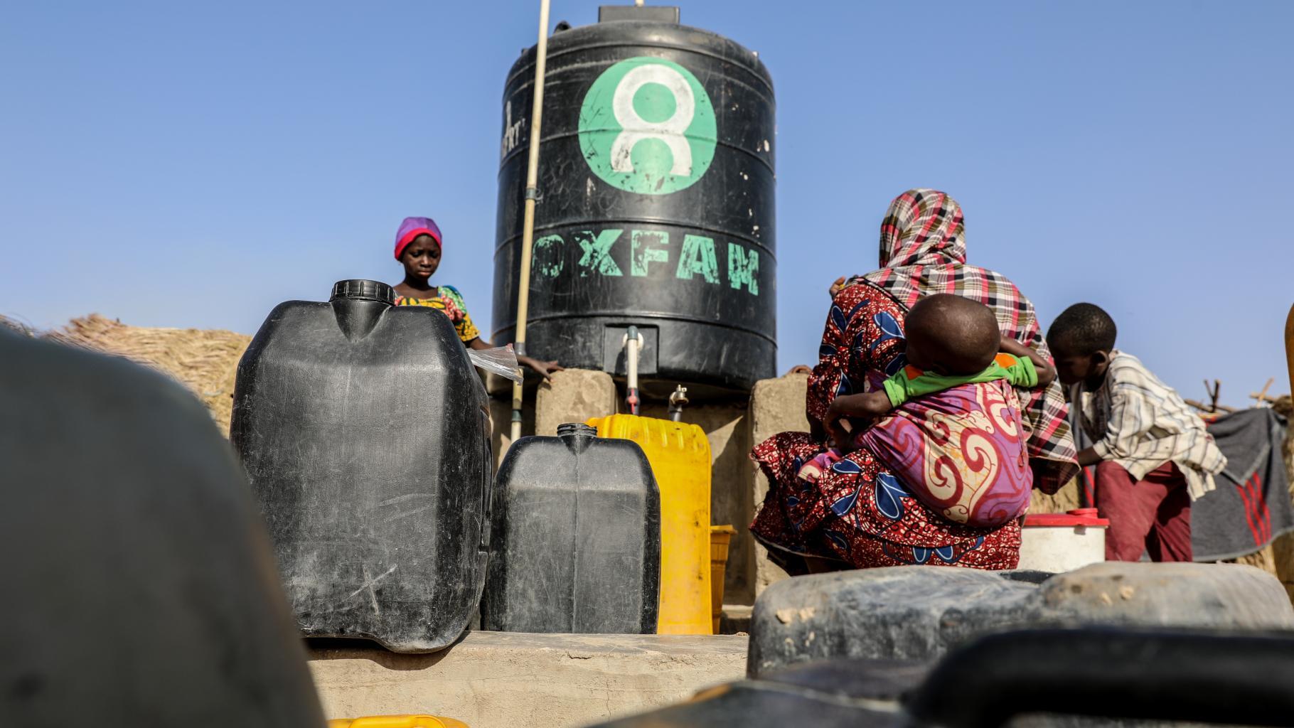 Oxfam hilft den Menschen unter anderem durch die Versorgung mit sauberem Wasser.