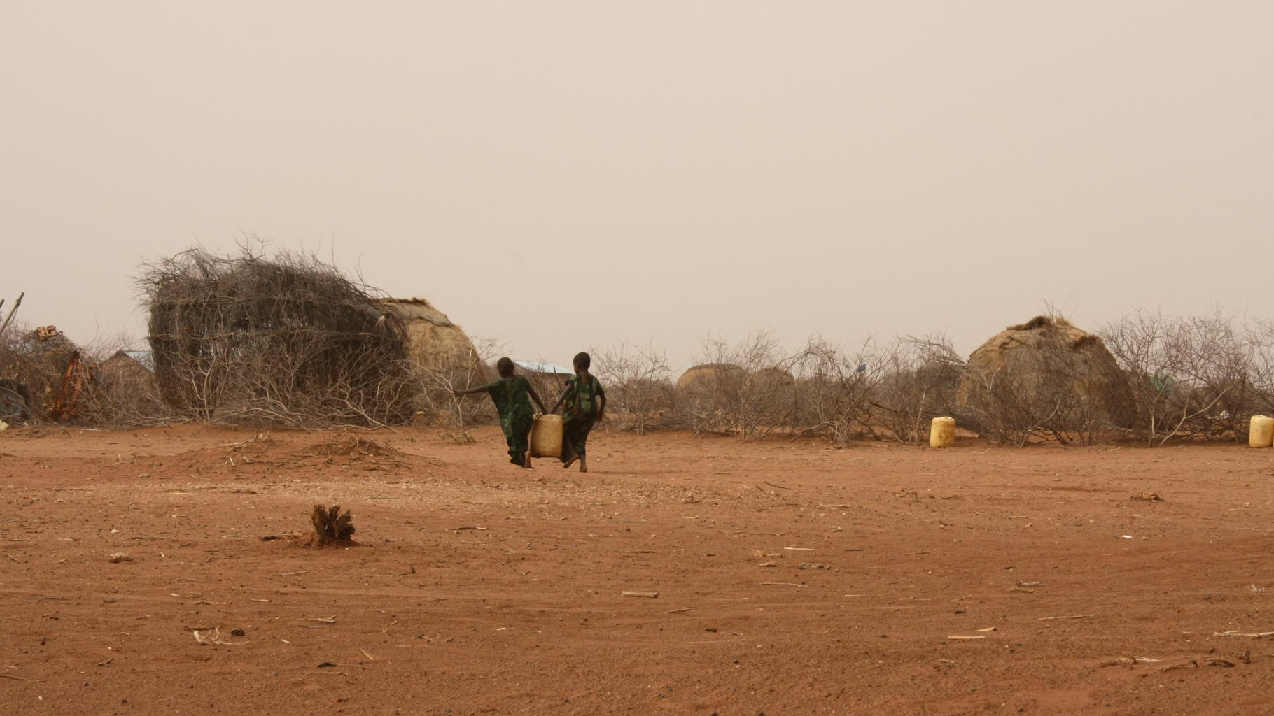Kinder tragen Wasserkanister in Dadaab, Kenia.