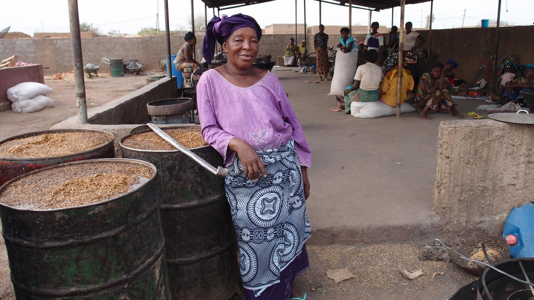 Frau in Burkina Faso in einer lagerhalle für Reis.