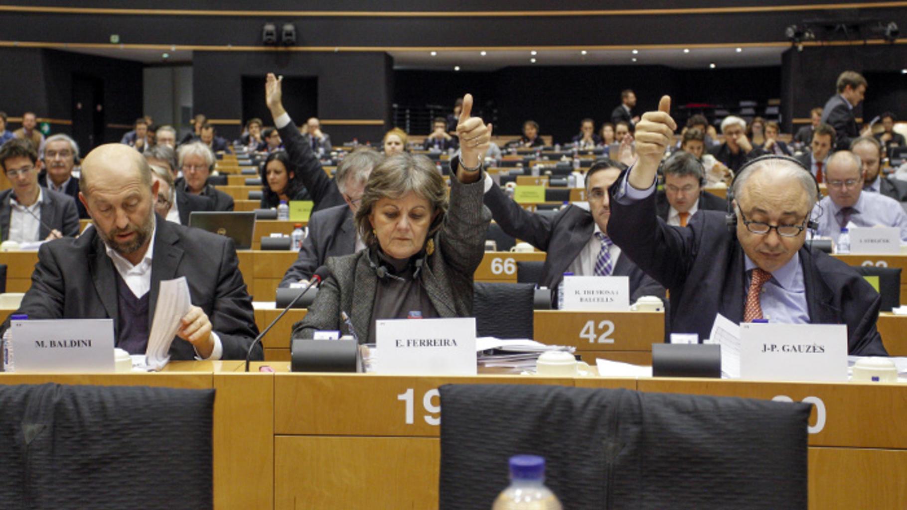Mitglieder des Ausschusses für Wirtschaft und Währung bei einer Abstimmung