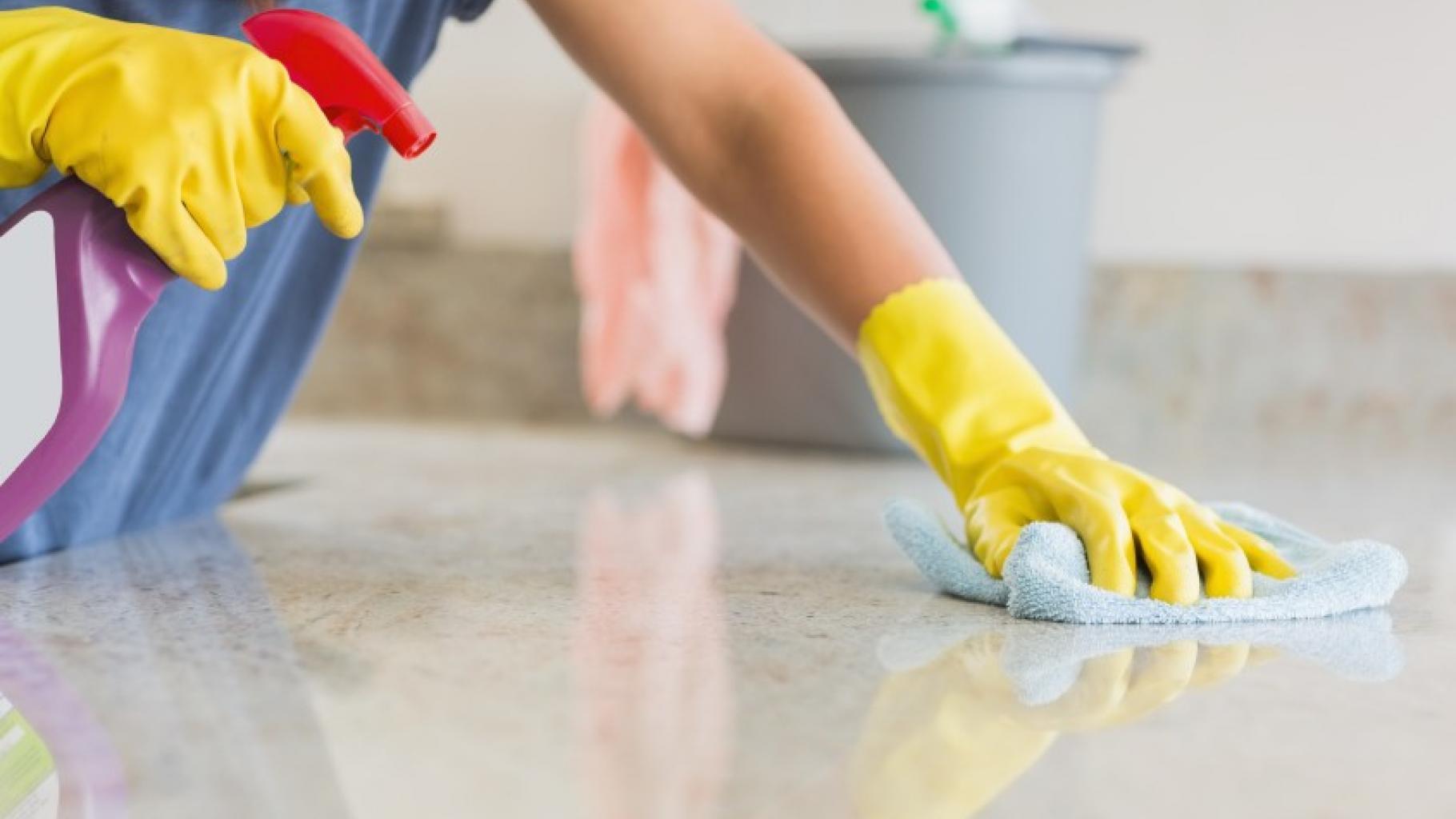 Eine Frau putzt eine Oberfläche