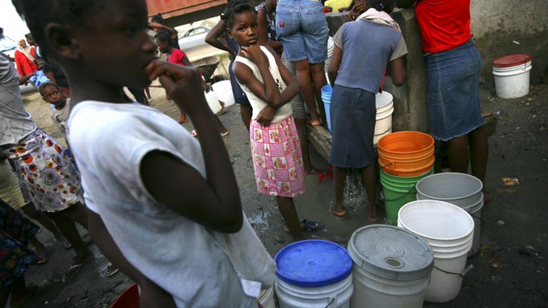 Auf Haiti stehen Menschen um Wasser an