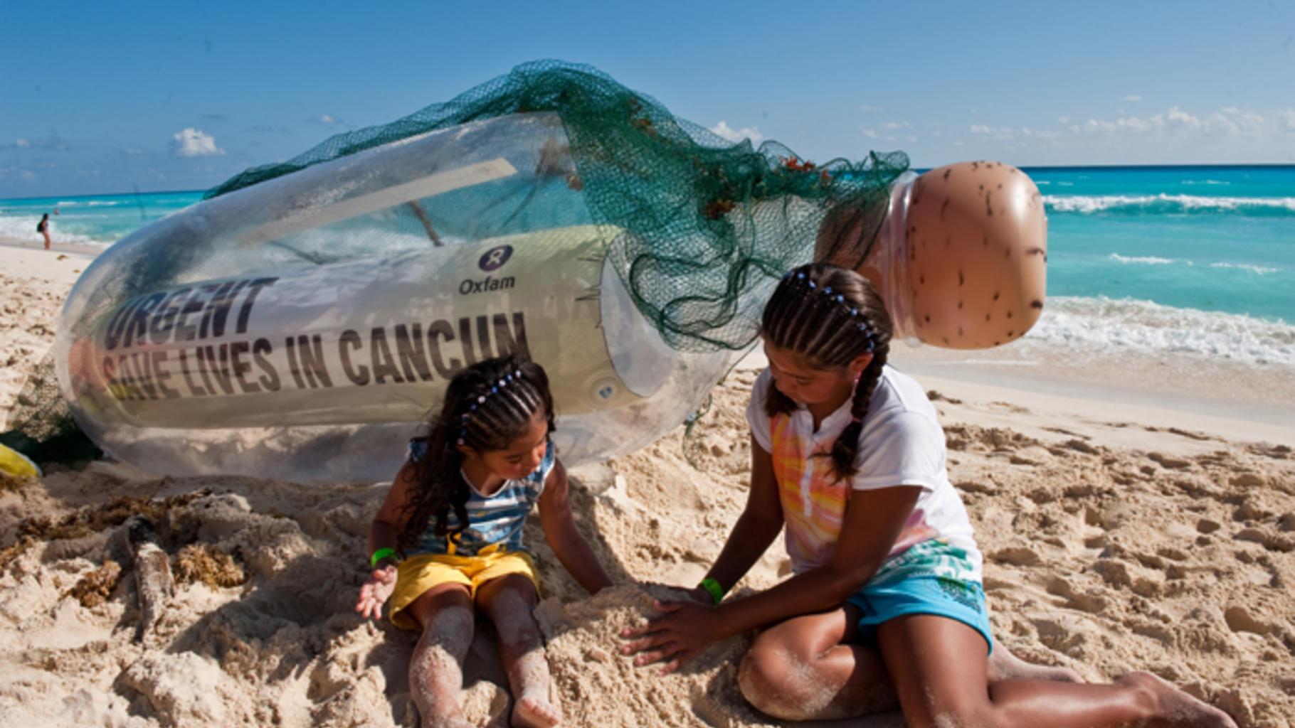 Am Strand von Cancún wird eine riesige Flaschenpost angeschwemmt mit der Nachric