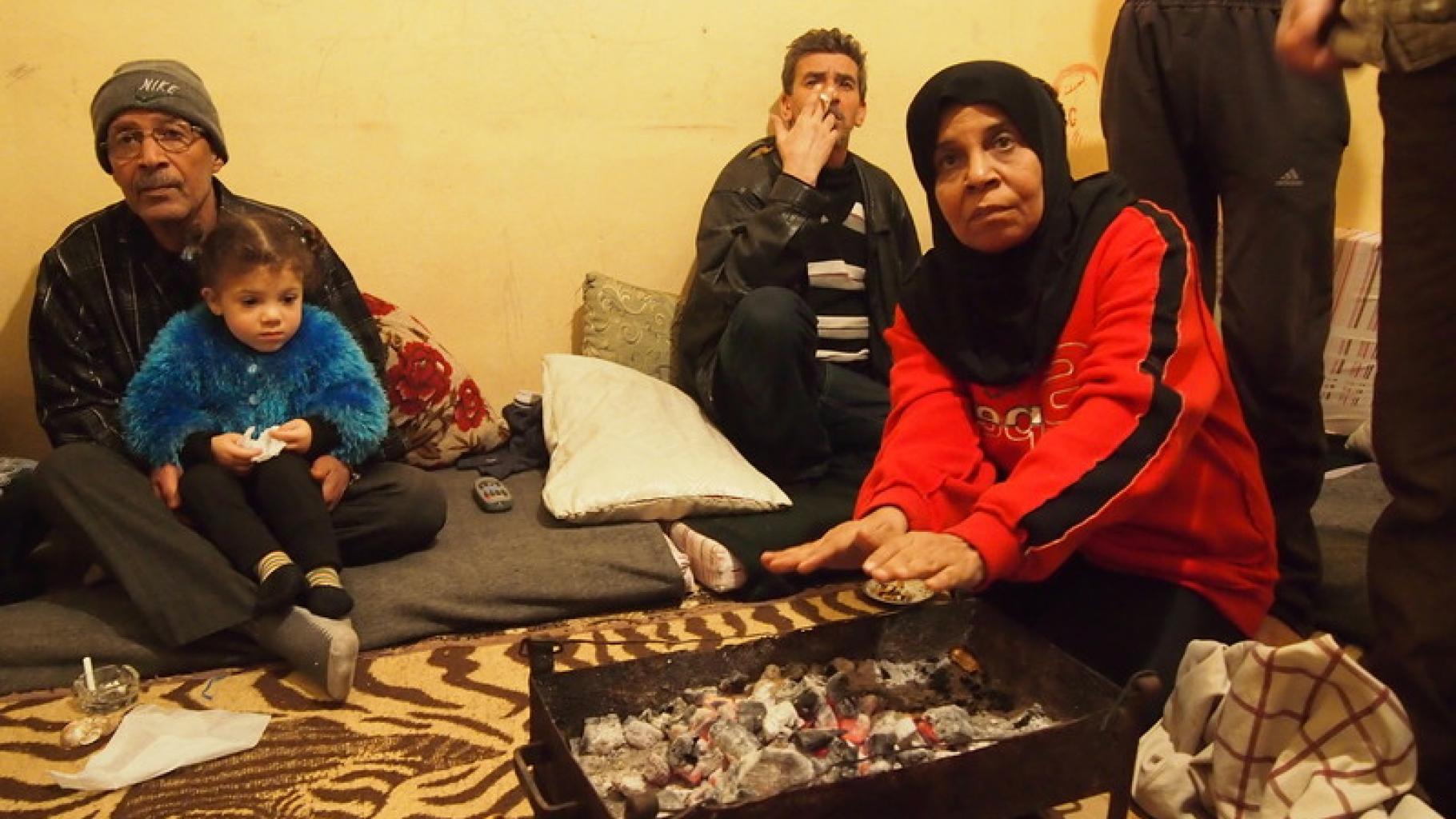 Libanon: Eine Familie wärmt sich die Hände an einem improvisierten Ofen