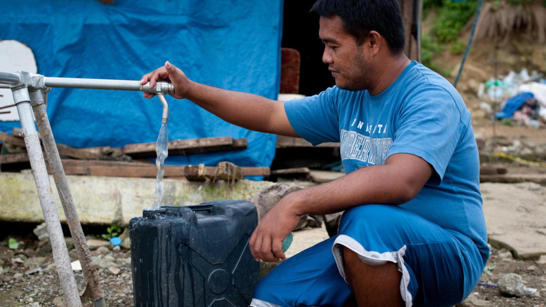 Christopher Acosta (27) füllt Wasser ab