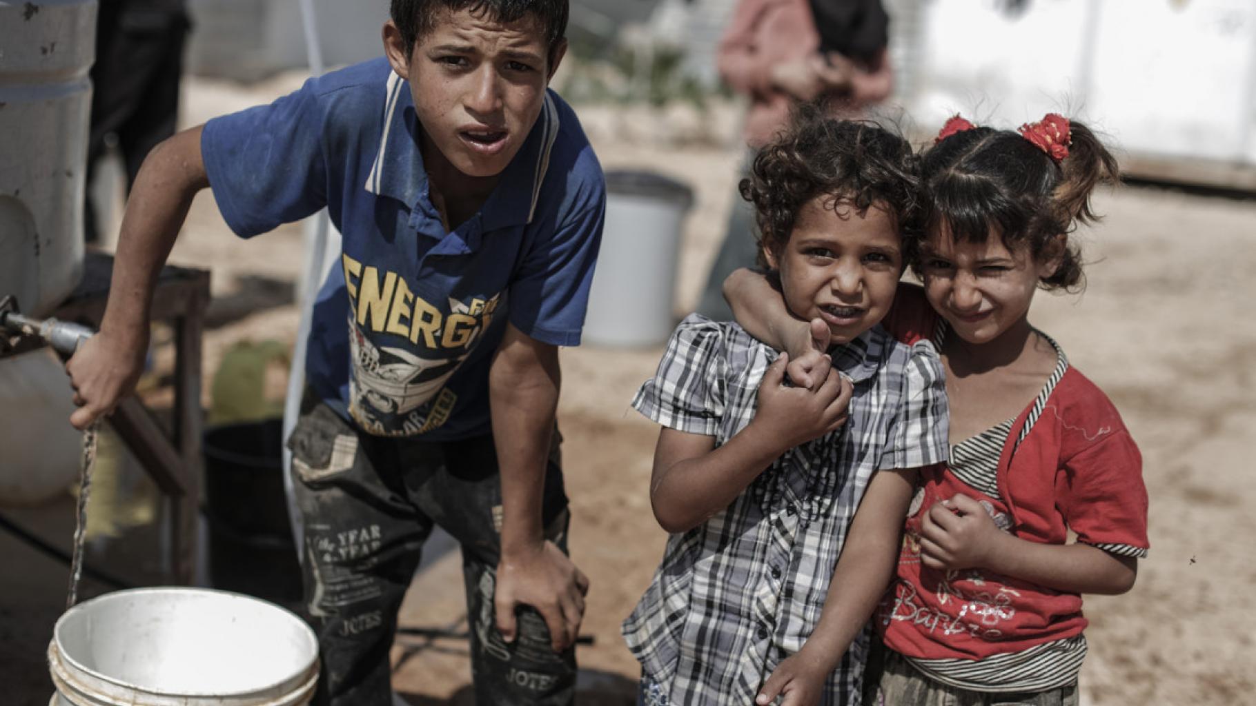 Kinder holen Wasser in einem Camp in Jordanien